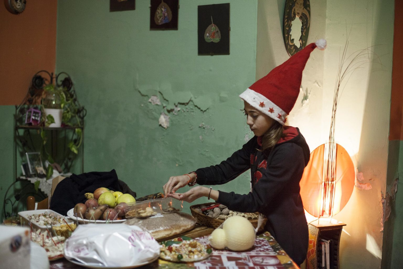 Federica tastes some Christmas sweets. Although Claudia fights everyday to bring food to the table, Christmas' eve is an important day to somebody that as a young girl never spent it with her own family, so she makes extra efforts to make it sumptuous.