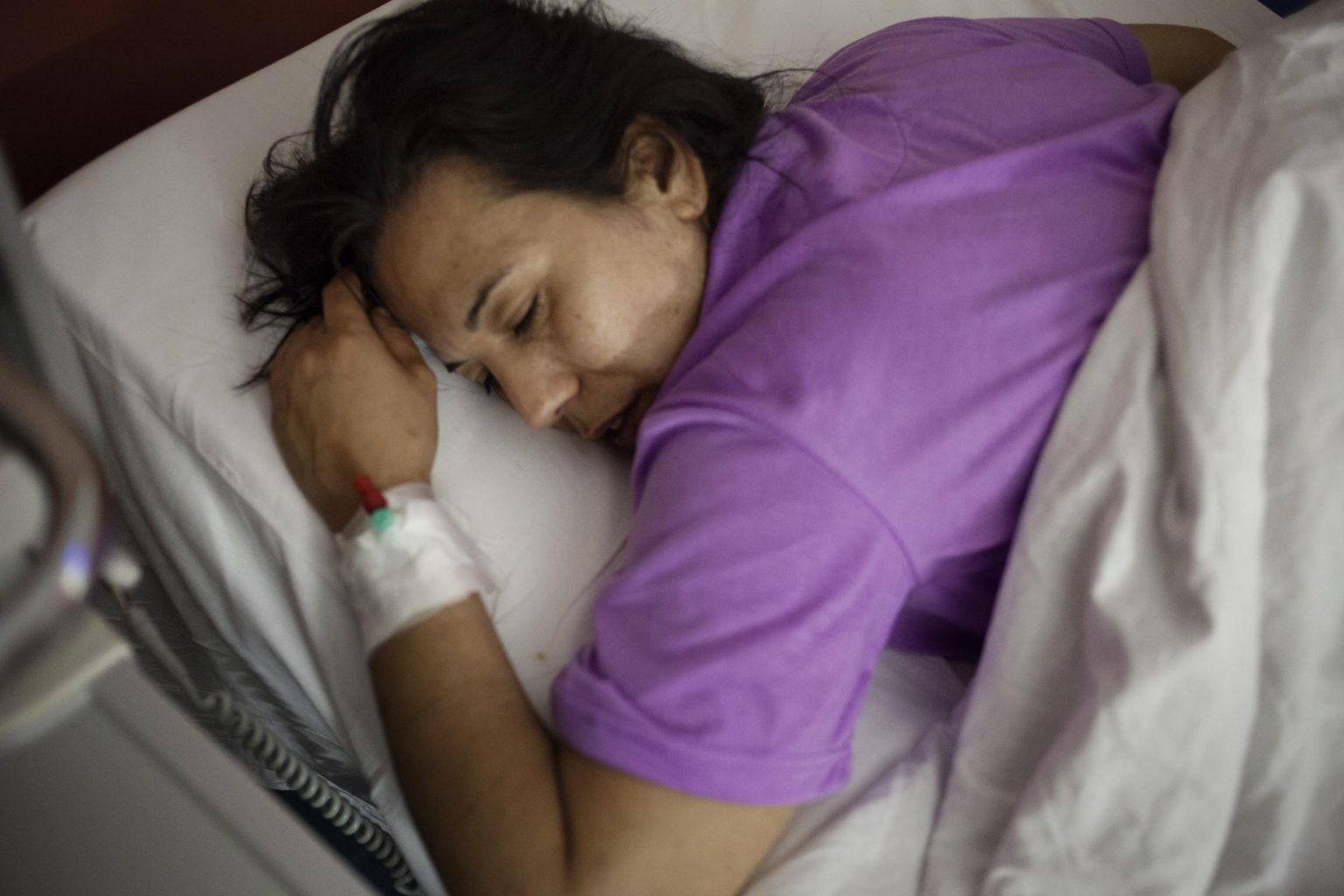 Claudia is in the hospital, after a violent fight with Emilano she had a miscarriage and lost the baby she was carring.