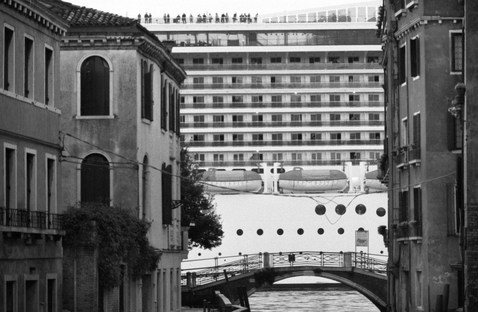 """Venice, April 2013 - Big cruise liners invade the city ><  Venezia, aprile 2013 - Le grandi navi da crociera invadono la città <p><span style=""""color: #ff0000""""><strong>*** SPECIAL   FEE   APPLIES ***</strong></span></p>*** SPECIAL   FEE   APPLIES *** *** Local Caption *** 00473491"""