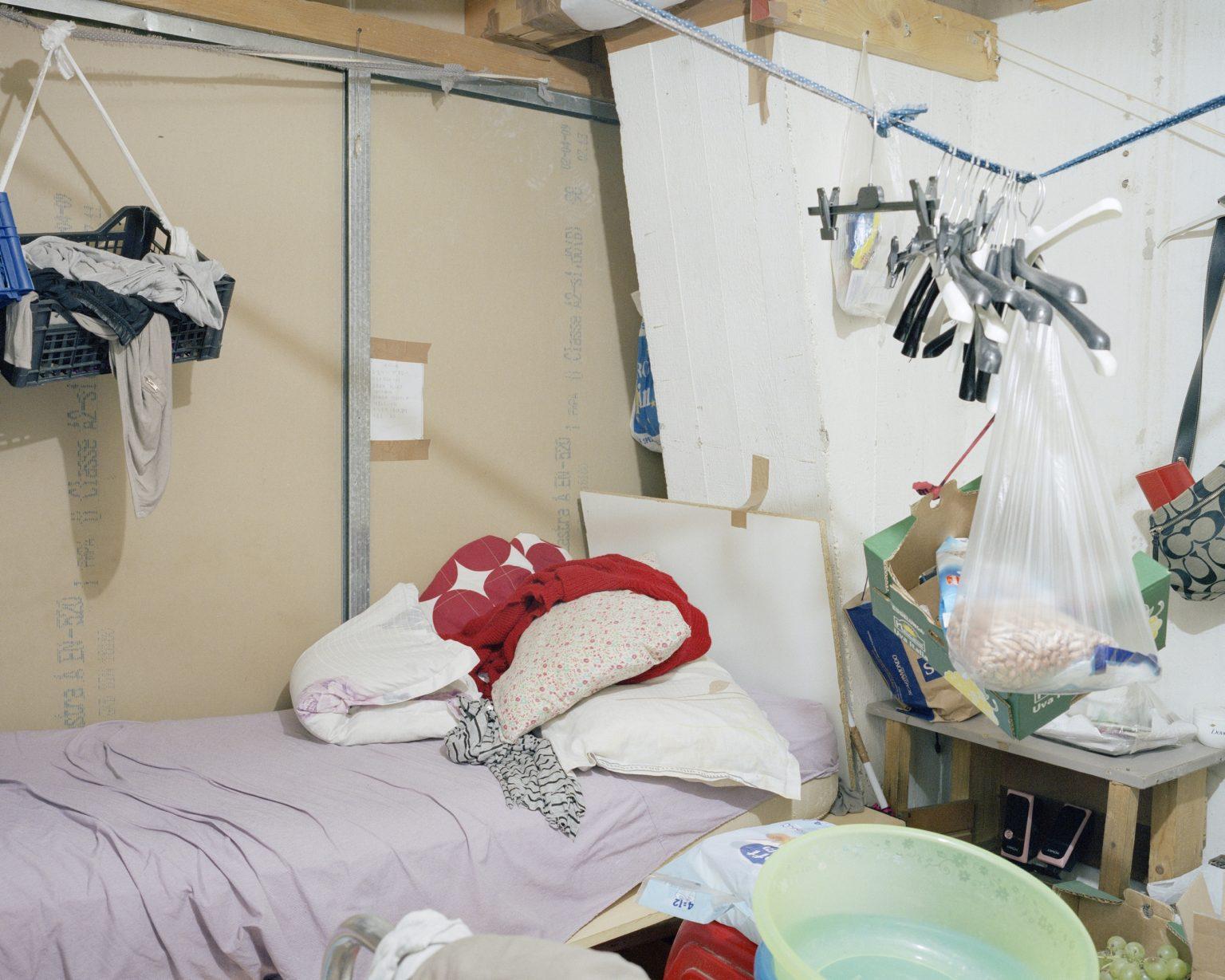 Textyle district, Prato. Dormitory in a Chinese textile workshop seized by the Municipal Police. >< Distretto tessile del Macrolotto, Prato. Dormitorio in un laboratorio tessile cinese posto sotto sequestro dalla Polizia Municipale di Prato.