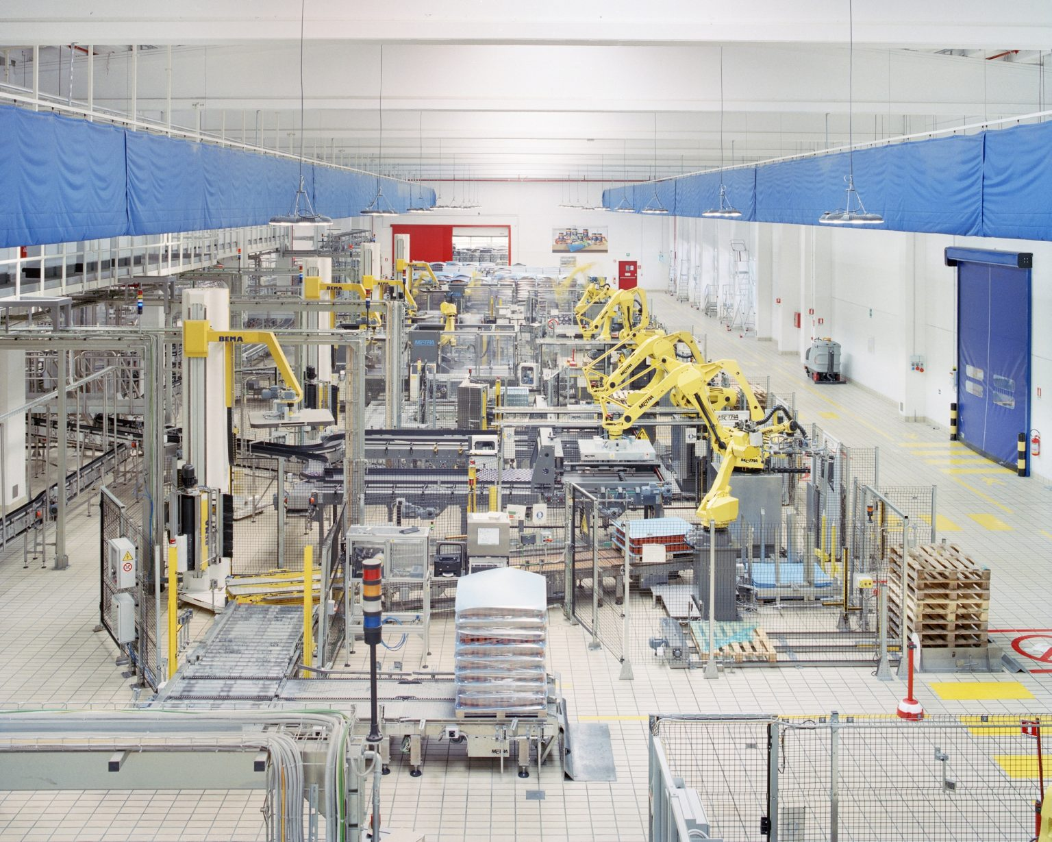 Barilla, Rubbiano's sauce plant, 2017. The largest plant in Europe specializing in pasta ready-made sauces in the Parma Food Valley. About 120 employees, working with innovative, robotically engineered and digitally integrated systems and technologies. >< Barilla, Rubbiano, 2017. La più grande fabbrica in Europa specializzata in sughi pronti per pasta nella Food Valley di Parma. Circa 120 dipendenti, che lavorano con sistemi innovativi e tecnologie digitalmente integrate.
