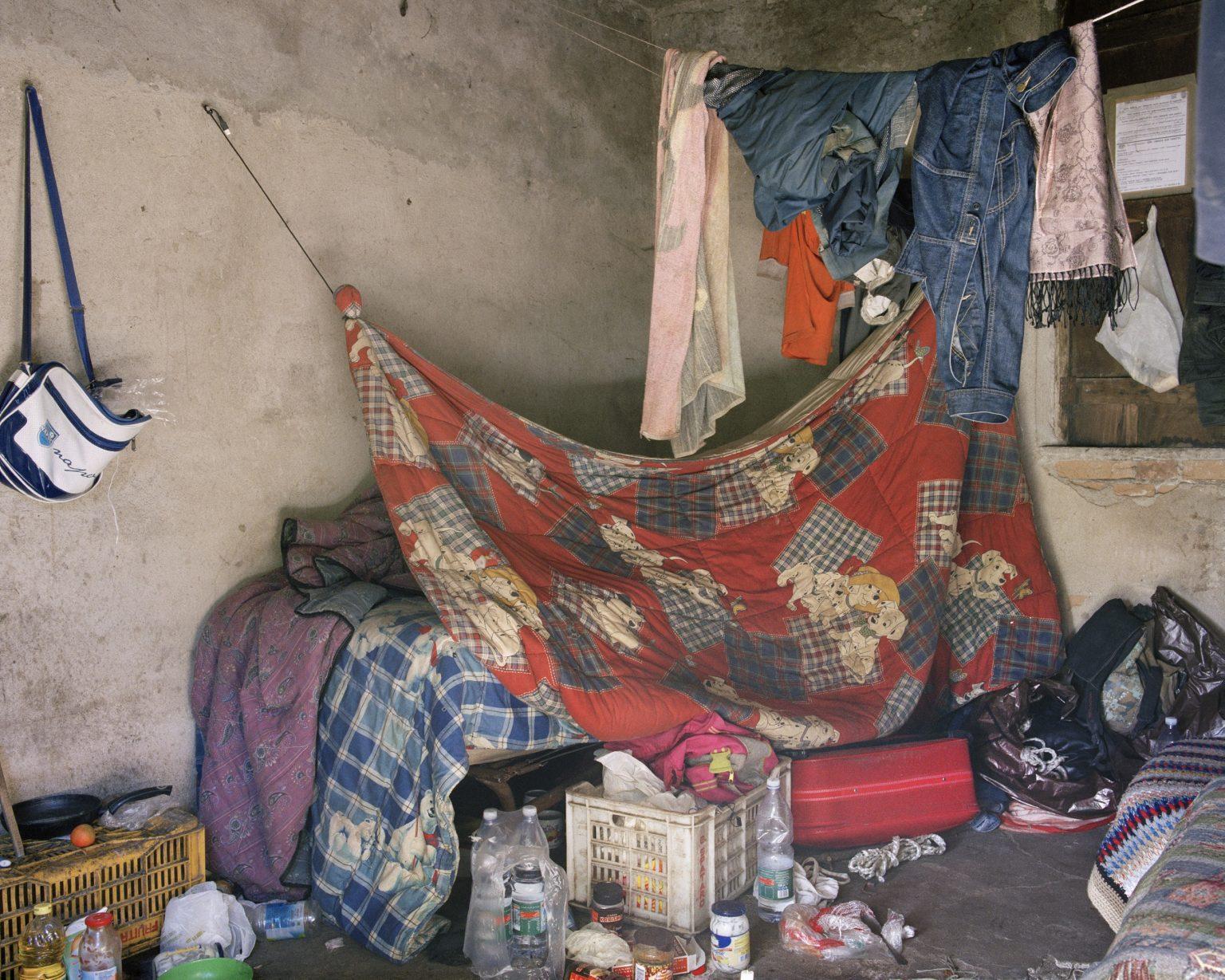"""Drosi (Gioia Tauro), 2016. Occupied house by seasonal workers in Piana di Gioia Tauro. Migrant daily laborers are subject to exploitation and forced to live in unsanitary settlements. it is estimated that the wage of an agricultural worker with an irregular contract and subjected to a """"caporale"""", is 25-30 euro per day (40% in less than an Italian worker) for an average of 10-12 hours per day.><  Drosi (Gioia Tauro), 2016. Casolare occupato da lavoratori stagionali nella Piana di Gioia Tauro. I lavoratori stagionali stranieri sono soggetti a sfruttamento lavorativo e costretti a vivere in insediamenti in pessime condizioni sanitarie. Si stima che il salario di un lavoratore agricolo con un contratto irregolare e soggetto ad un """"caporale"""" sia di 25-30 euro al giorno (40% in meno di un lavoratore italiano) per una media di 10-12 ore al giorno."""