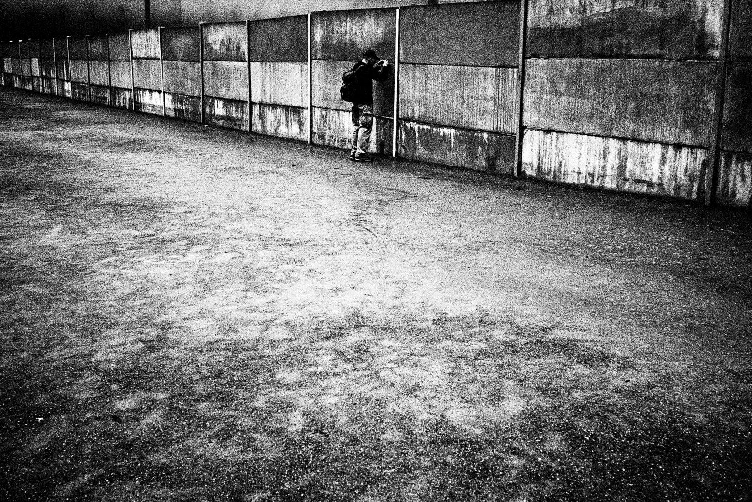 Berlin , 2020- Berlin Diary is a research that documents the margins of society; an investigation into different worlds including relationships; the loneliness of the human being; alcoholism and abuse; lovers and their conflicts and finally the relationship between people and city.The wall, east berlin. >< Berlino ,2020- Berlin Diary è una ricerca che documenta i margini della società; un'indagine in mondi diversi tra cui si esplorano relazioni; la solitudine dell'essere umano; L'alcolismo e gli abusi; gli amanti e i loro conflitti e infine; il rapporto tra persone e città. Il muro, Berlino Est.