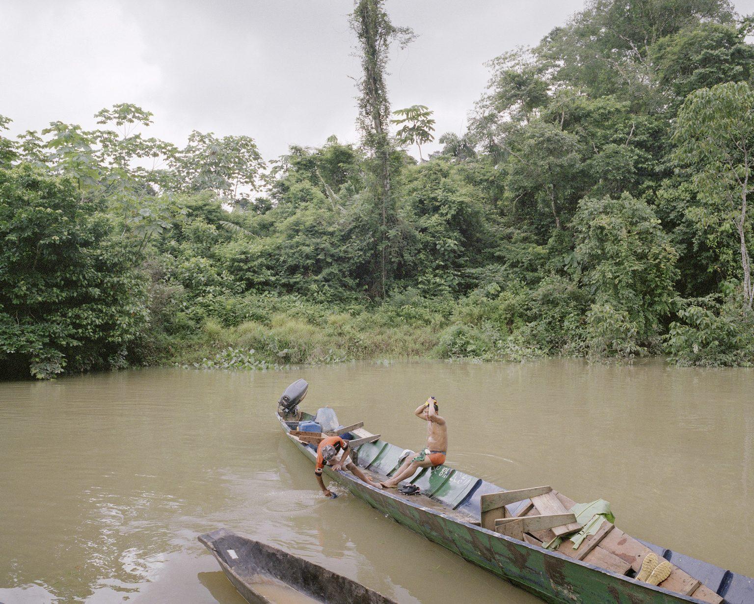 Indigeni Waorani si lavano nel fiume, nel cuore della zona intoccabile della foresta amazzonica ecuatoriana, una piccola zona protetta dallo stato a causa della presenza di tribu non contattate. Marzo 2013.  Waorani indigenous peolple wash themselves in the river, in the heart of the untouchable zone of the Amazon rainforest, a small area protected by the state due to the presence of uncontacted tribes. March 2013.