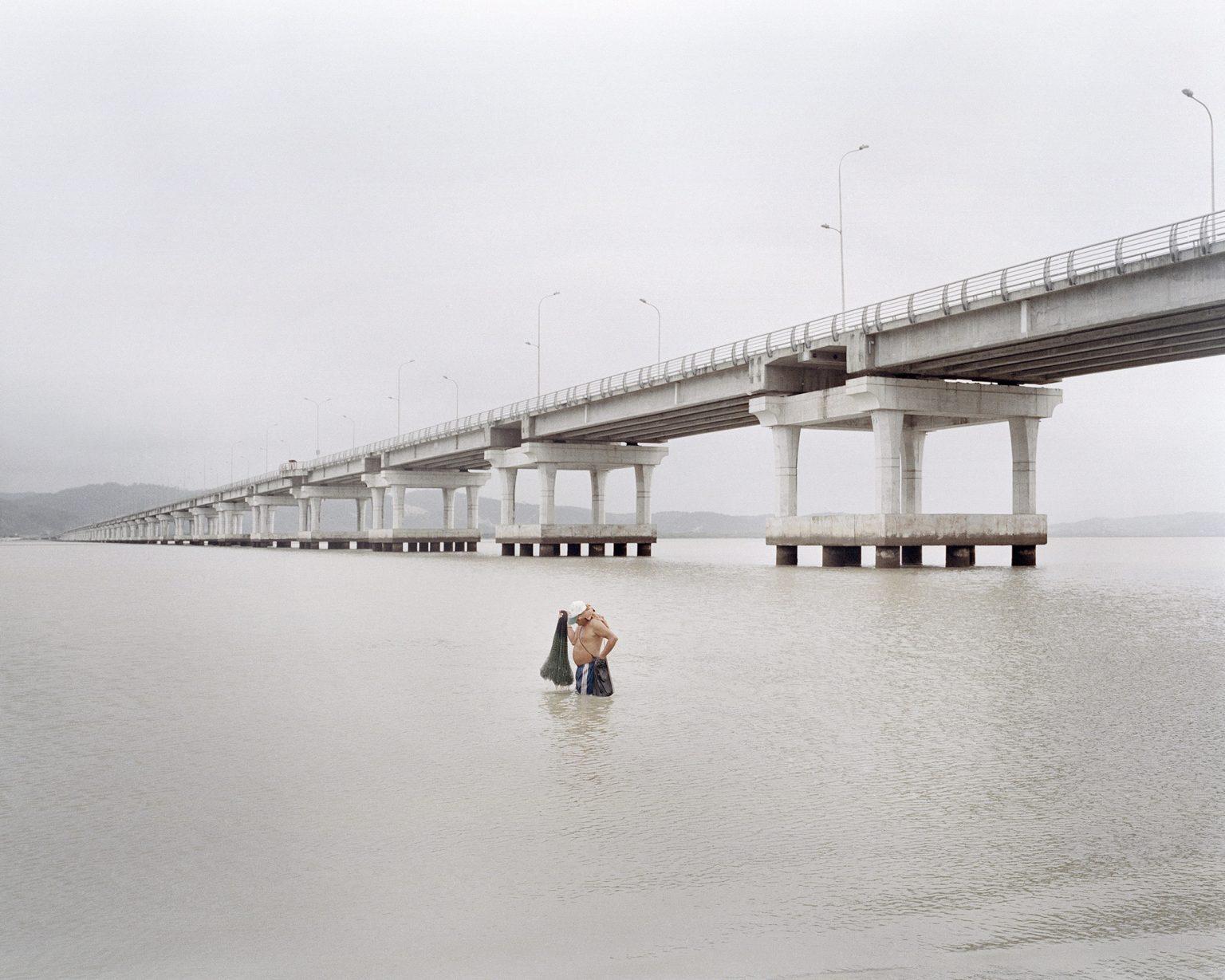 Un pescatore di gamberi sotto il nuovo ponte costruito dal governo sulla baia di Caràquez. Ottobre 2012  A shrimp fisherman under the new bridge built by the government of the Bay of Caraquez. October 2012