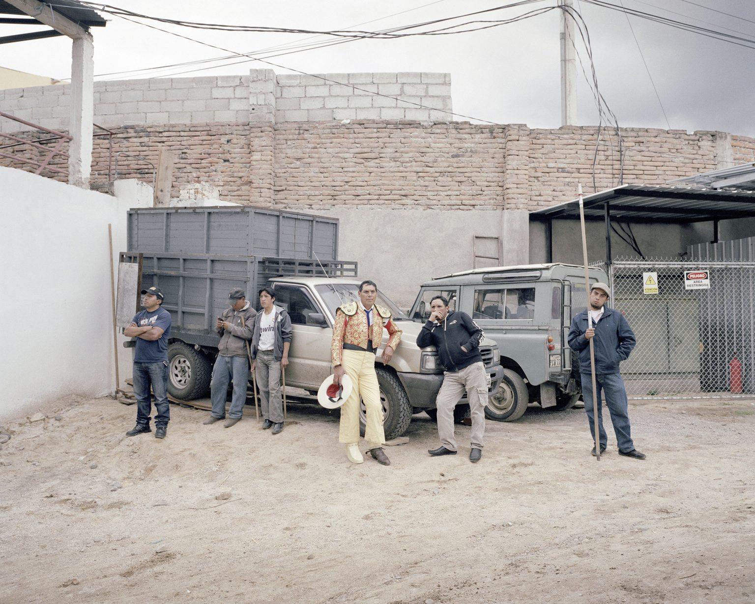 Nel back stage di una corrida ad Ambato, a sud di Quito. Al centro il picador aspetta di entrare nell'arena. La corrida è uno spettacolo molto popolare in Ecuador, anche se nel maggio del 2011 grazie ad un referendum di riforma costituzionale voluto da Correa in molte regioni si è proibito l'uccisone del toro. La riforma conteneva anche riforme del potere giudiziario e dei media. Marzo 2013.  In the back stage of a bullfight in Ambato, south of Quito. Bullfighting is a very popular show in Ecuador.  At the center of the picador waiting to enter the arena. Bullfighting is a very popular show in Ecuador, although in May 2011 thanks to a referendum on constitutional reform desired by Correa in many regions has prohibited the murder of the bull. The reform also contained reforms of the judiciary and the media systems. March 2013.