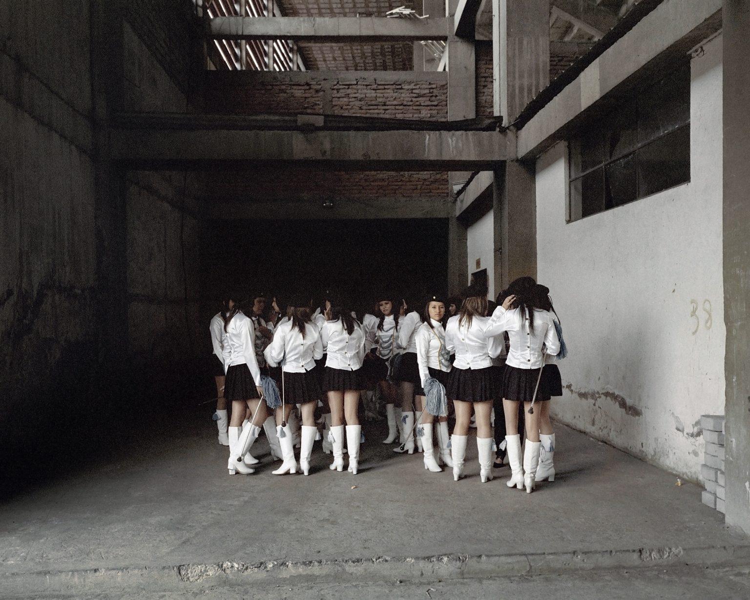 Un gruppo di cheerleader si prepara per la loro performance in uno stadio della zona sud di Quito, durante il festival delle bande musicali studentesche. Dicembre 2011.  A group of cheerleaders getting ready for their performance in a stadium in the south of Quito, during a festival of  students music bands. December 2011.