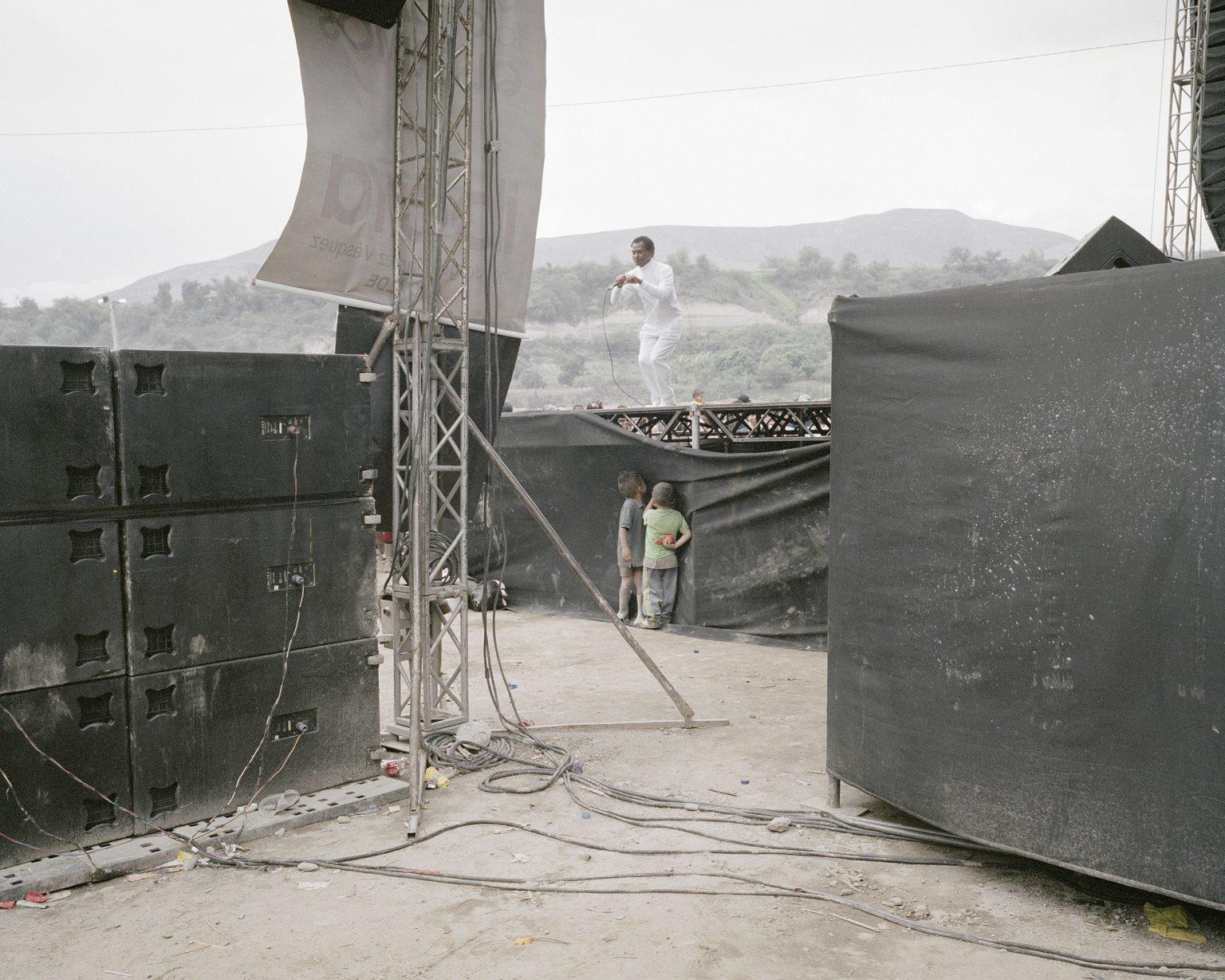 Un cantante afro durante la festa di carnevale nella valle di Salinas. Le comunità afro rappresentano il 7,2% della popolazione.  A singer afro during the carnival party in the Chota Valley. African communities representing 7.2% of the population. February 2013.