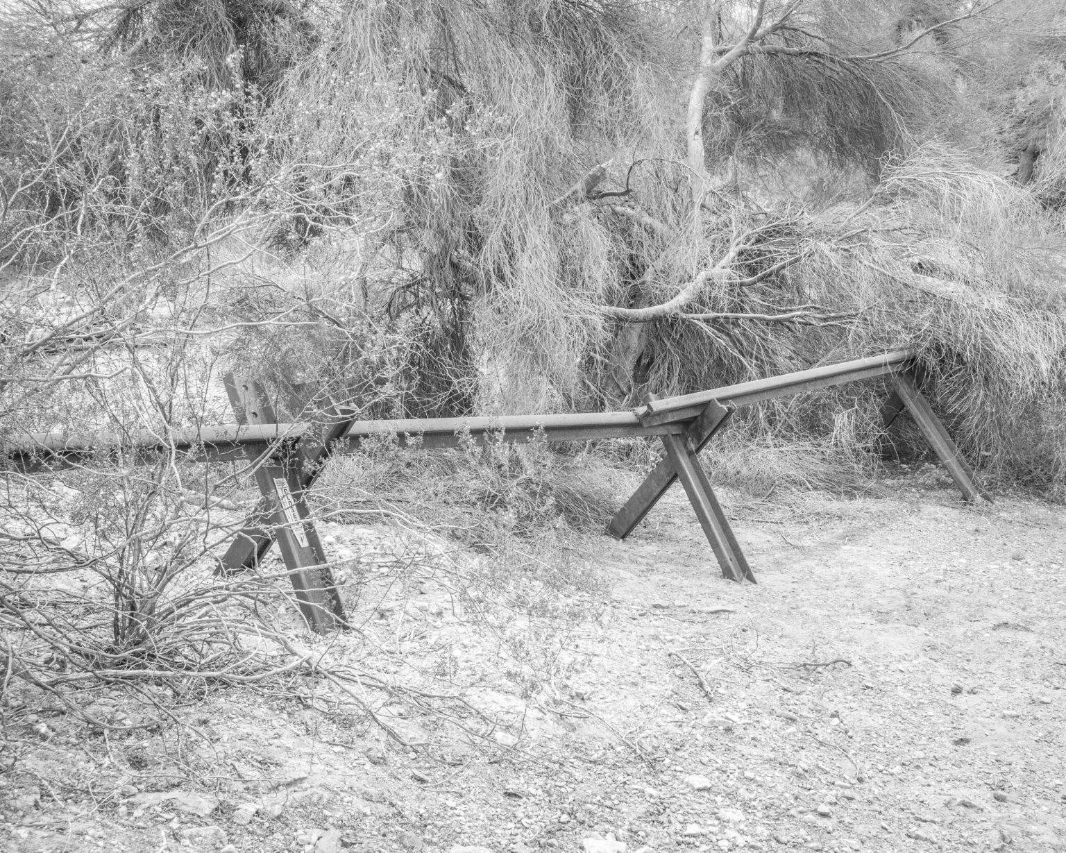 Barriere posizionate lungo una strada sterrata utilizzata dai cartelli per trafficare sostanze stupefacenti ed esseri umani, Maricopa, Arizona.