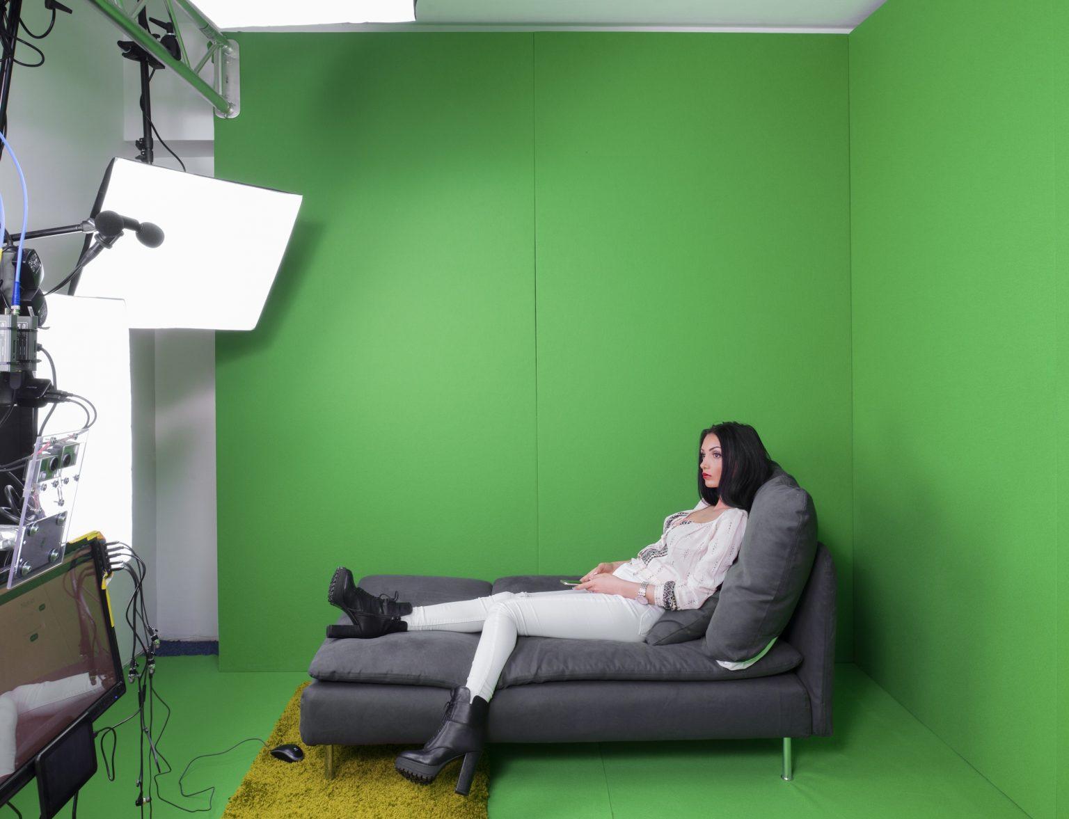 """Romania, Bucharest, March 2016: a 25 years old cam model in the virtual reality room at """"Studio 20"""" before her night shift. / Romania, Bucarest, Marzo 2016: una cam model di 25 anni nella stanza della realtà virtuale presso lo """"Studio 20"""" prima di cominciare il turno di notte."""