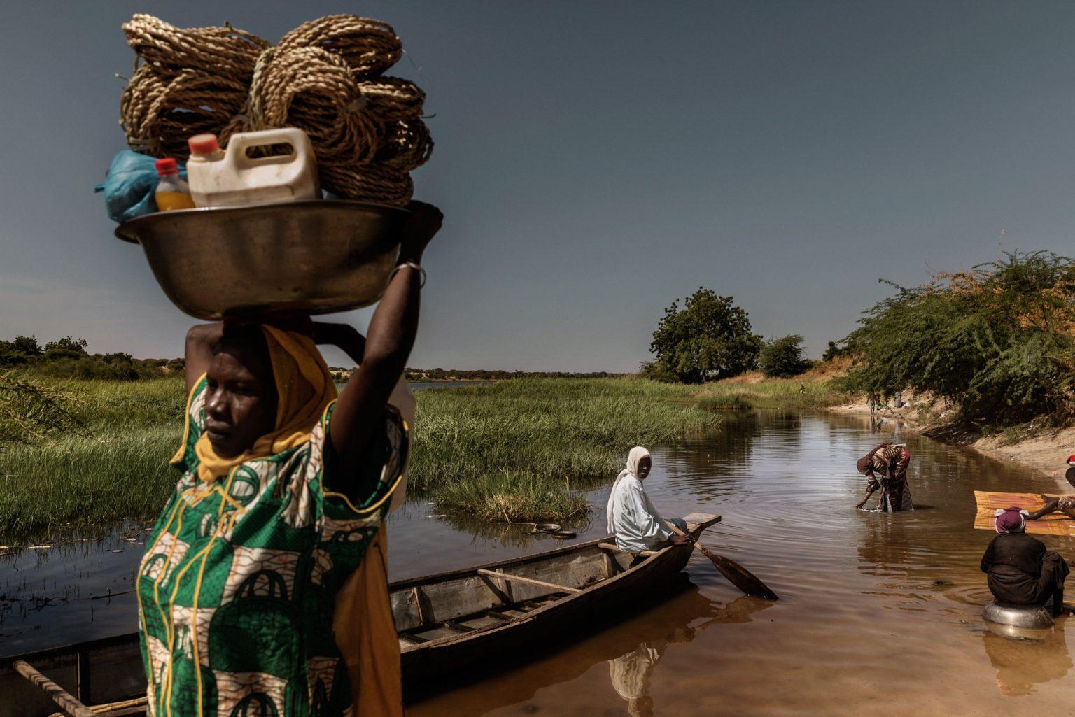 Africa, Chad, Bol, October 2018 - A severe humanitarian crisis is underway in the Lake Chad basin. Over two million refugees, as well as five million people are at risk of food insecurity and 500,000 children are suffering from acute malnutrition. Lake Chad is shrincking rapidly, due to desertification that is threatening the very existence of the people who live on its banks and the ecosystem of its waters. Chad was once the fourth largest lake in Africa. However, since the 1950s its surface has shrunk by 90%.>< Africa, Ciad, Bol, Ottobre 2018 - Una grave crisi umanitaria si sta abbattendo sul Lago Ciad. Oltre due milioni di rifugiati e cinque milioni di persone sono minacciati dall?insicurezza alimentare; 50,000 bambini soffrono di malnutrizione acuta. Il Lago Ciad si sta restringendo rapidamente per via della desertificazione che sta mettendo in pericolo l'esistenza stessa delle persone che vivono sulle sue sponde e l'ecosistema delle sue acque. Ciad era un tempo uno dei quattro laghi più grandi in Africa. Tuttavia, dal 1950 la superficie si è ridotta del 50%. *** SPECIAL   FEE   APPLIES *** *** Local Caption *** 01362905