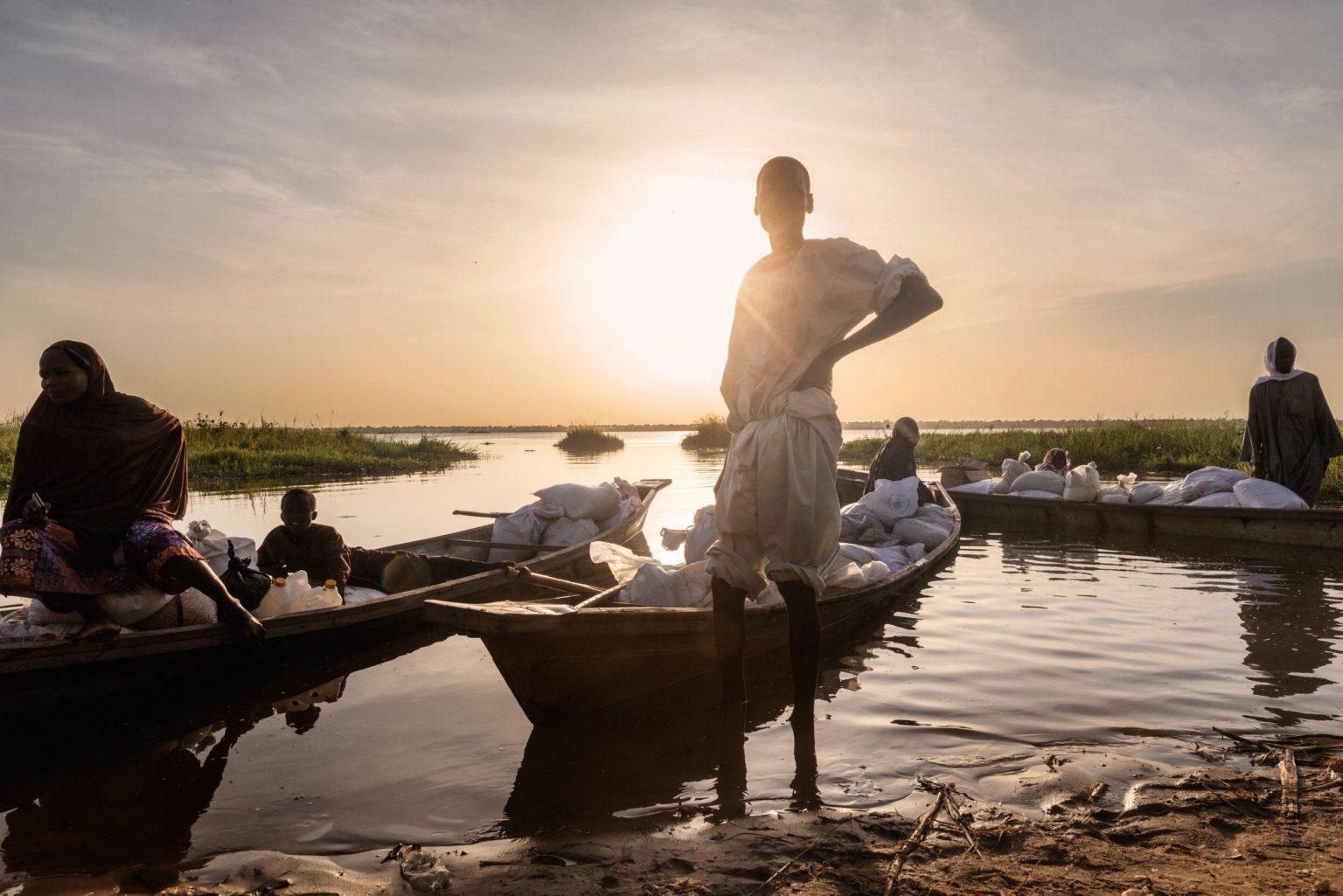 Africa, Chad, Bol, October 2018 - A severe humanitarian crisis is underway in the Lake Chad basin. Over two million refugees, as well as five million people are at risk of food insecurity and 500,000 children are suffering from acute malnutrition. Lake Chad is shrincking rapidly, due to desertification that is threatening the very existence of the people who live on its banks and the ecosystem of its waters. Chad was once the fourth largest lake in Africa. However, since the 1950s its surface has shrunk by 90%. >< Africa, Ciad, Bol, Ottobre 2018 - Una grave crisi umanitaria si sta abbattendo sul Lago Ciad. Oltre due milioni di rifugiati e cinque milioni di persone sono minacciati dall?insicurezza alimentare; 50,000 bambini soffrono di malnutrizione acuta. Il Lago Ciad si sta restringendo rapidamente per via della desertificazione che sta mettendo in pericolo l'esistenza stessa delle persone che vivono sulle sue sponde e l'ecosistema delle sue acque. Ciad era un tempo uno dei quattro laghi più grandi in Africa. Tuttavia, dal 1950 la superficie si è ridotta del 50%.*** SPECIAL   FEE   APPLIES *** *** Local Caption *** 01362887