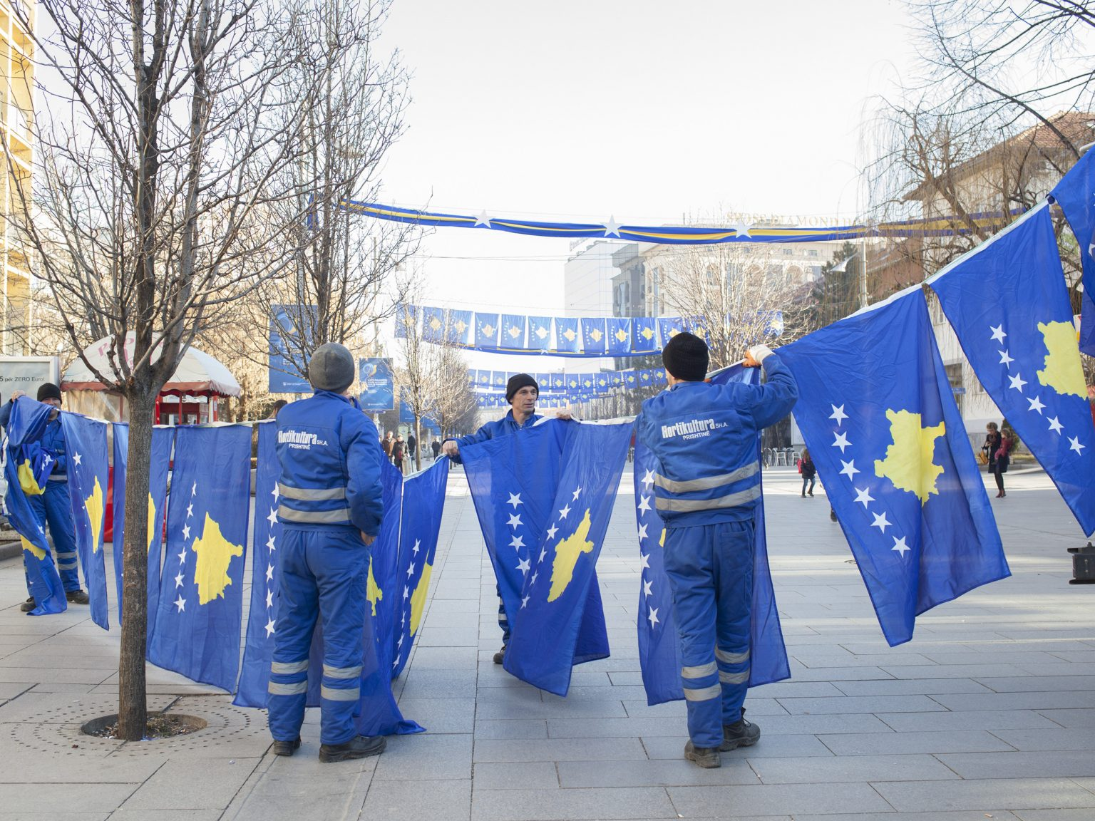 Preparation of Mother Teresa Boulevard in Prishtina / Priština to celebrate the ninth year of inde- pendence. To date, Kosovo gained diplomatic recognition as a sovereign state by 111 UN member states.