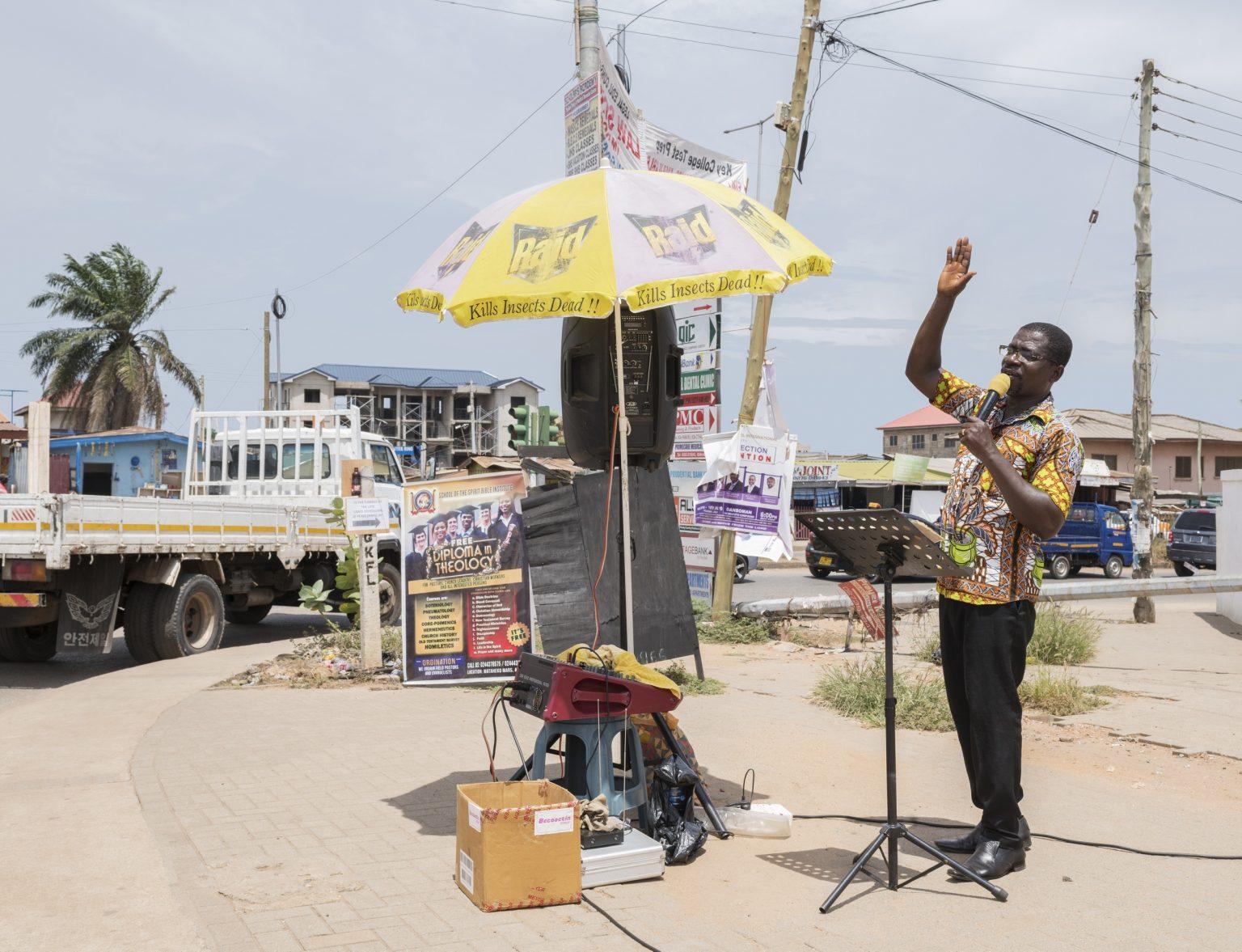 Accra, Republic of Ghana, May 2019 - A mobile preacher performing in a street of the city. ><  Accra, Repubblica del Ghana, maggio 2019 - Predicatore mobile durante il sermone in una strada della citta.