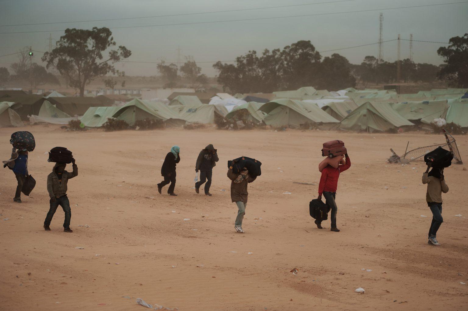 Ras Jedir, Tunisia, March 15th 2011 - Choucha refugee camp, built by the UNHCR during the civil war in Libya. Refugees fled by the civil war in Libya, just arrived at the camp. ><  Ras Agedir, Tunisia, 15 marzo 2011 - Il campo profughi di Choucha, costruito dall'UNHCR durante la guerra civile in Libia. Rifugiati in fuga dalla guerra civile libica, appena arrivati al campo