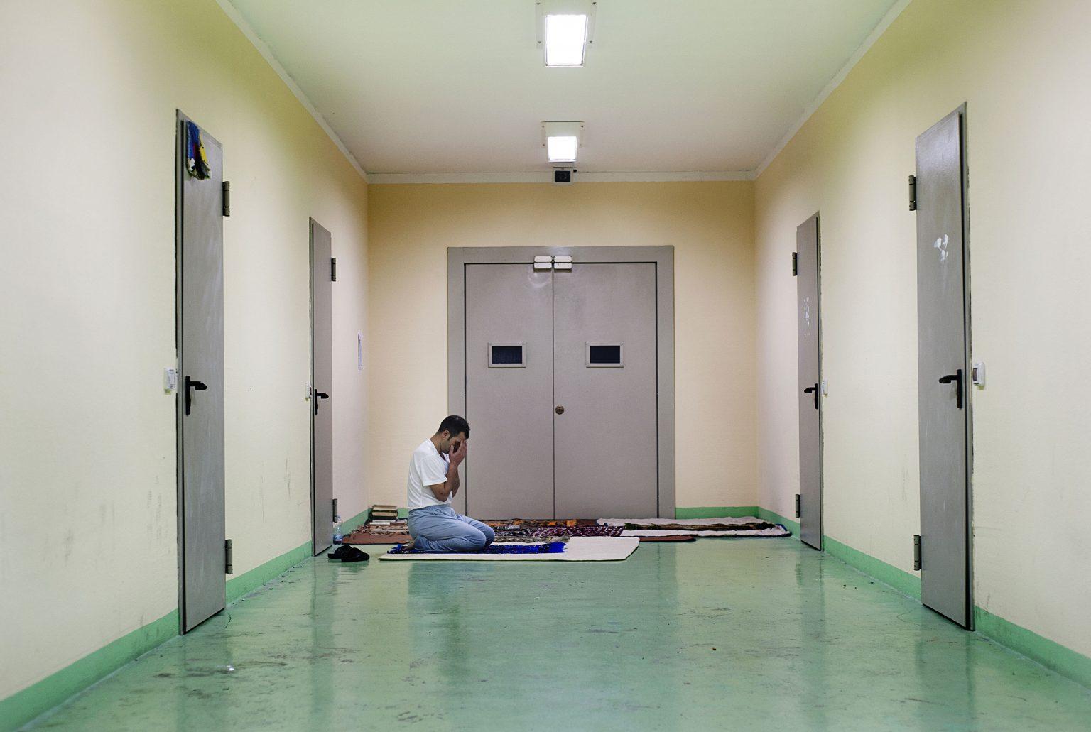 Bari Palese, December 2012  - Identification and expulsion centre - Muslim immigrant praying in a corridor ><  Bari Palese, dicembre 2012 - Centro di identificazione ed espulsione (CIE) - Immigrato musulmano prega nel corridoio *** Local Caption *** 00543842