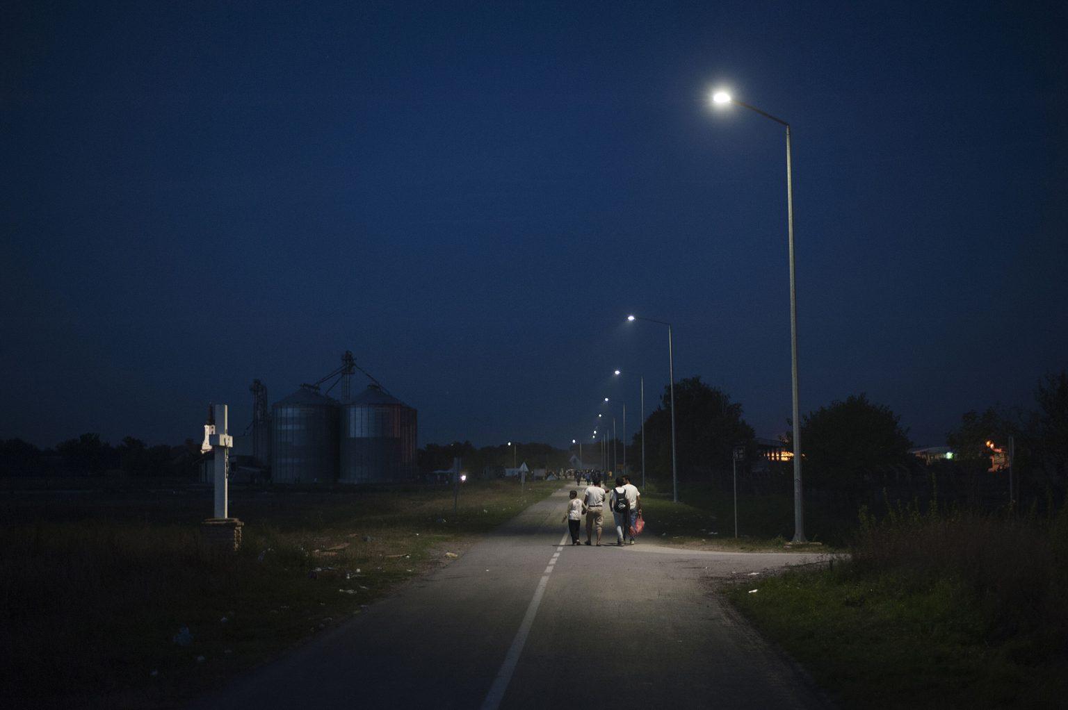 Tovarnik, Croatia, September 18th 2015 - Syrian refugees waiting to board a bus. Refugees have begun carving a new route into the Schengen area, travelling via Croatia, after neighbouring Hungary, overwhelmed by the refugee traffic, has fenced off its own border with Serbia.       ><    Tovarnik, Croazia, 18 settembre 2015 - Profughi siriani in attesa di prendere l'autobus. I profughi hanno cominciato a battere una nuova rotta all'interno dell'area Schengen viaggiando attraverso la Croazia, dopo che la vicina Ungheria, schiacciata dall'afflusso di migliaia di persone, ha chiuso la frontiera con la Serbia. *** Local Caption *** 00558111