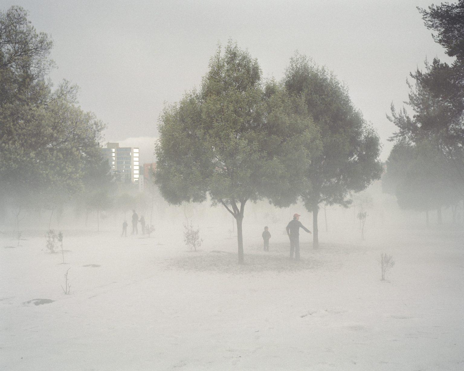 """Dopo una rara grandinata nel Parco La Carolina, nella parte nord di Quito, la zona piu ricca della capitale dell'Ecuador. Novembre 2011.  After a rare hailstorm in """"La Carolina"""" Park, in the north of Quito, the richest area of the capital of Ecuador. November 2011."""