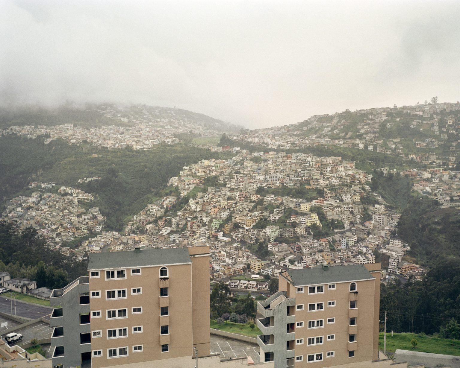 Vista di Quito, la citta che si trova a 3000 mt d'altitudine si snoda per una lunga vallata. La zona sud è la piu popolare, via via che si procede a nord si estende la città piu ricca, dove risiede la maggior parte della crescente classe media Ecuatoriana. Dicembre 2011.  View of Quito, is located at 3000 mt of altitude along a long valley. The South is the most popular zone, as we proceed to the North the city become richer, and it is where live most of the growing middle class Ecuadorian. December 2011 ..