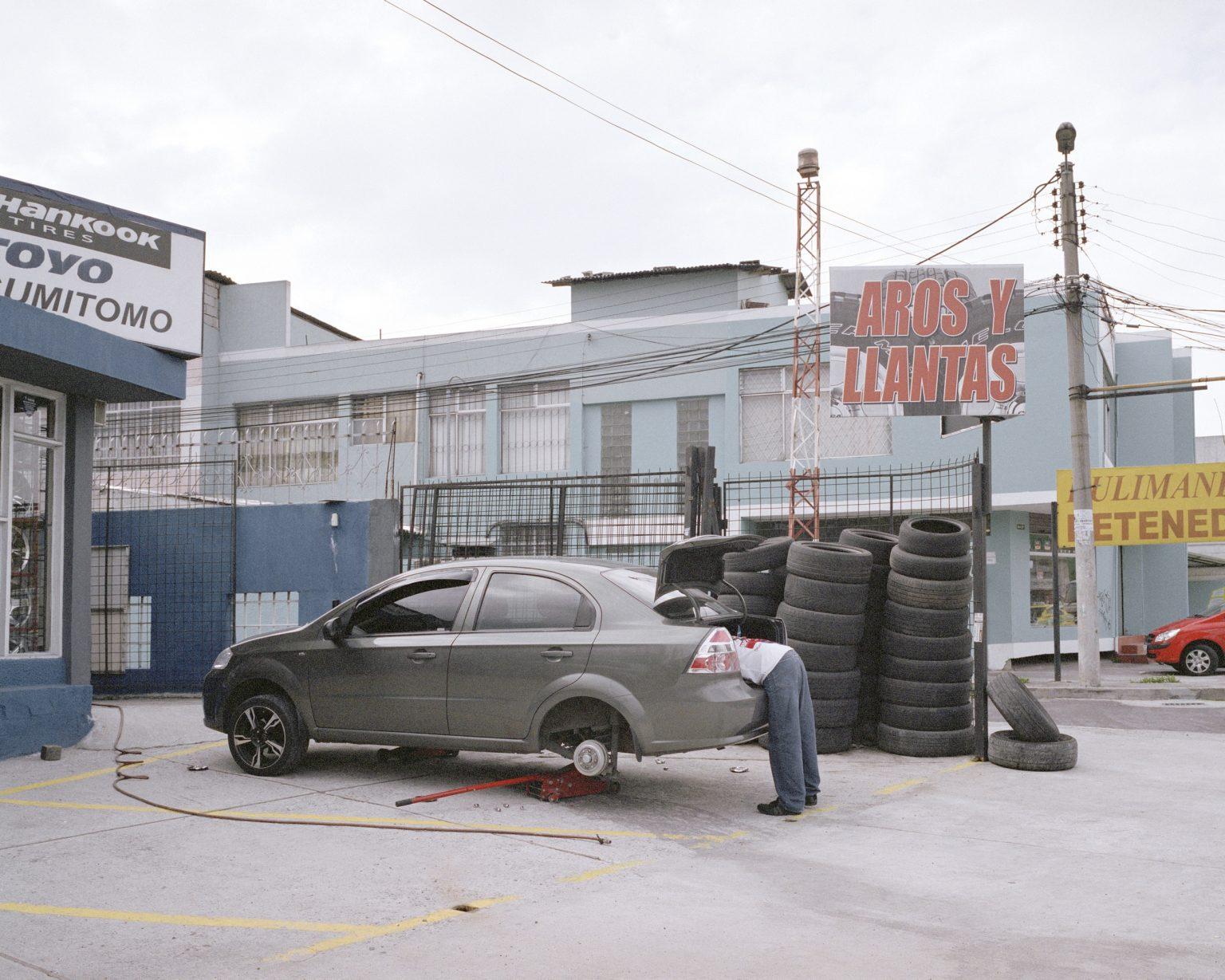 Un meccanico nelle periferie nord di Quito. Marzo 2013.  A mechanic in the suburbs north of Quito. March 2013.