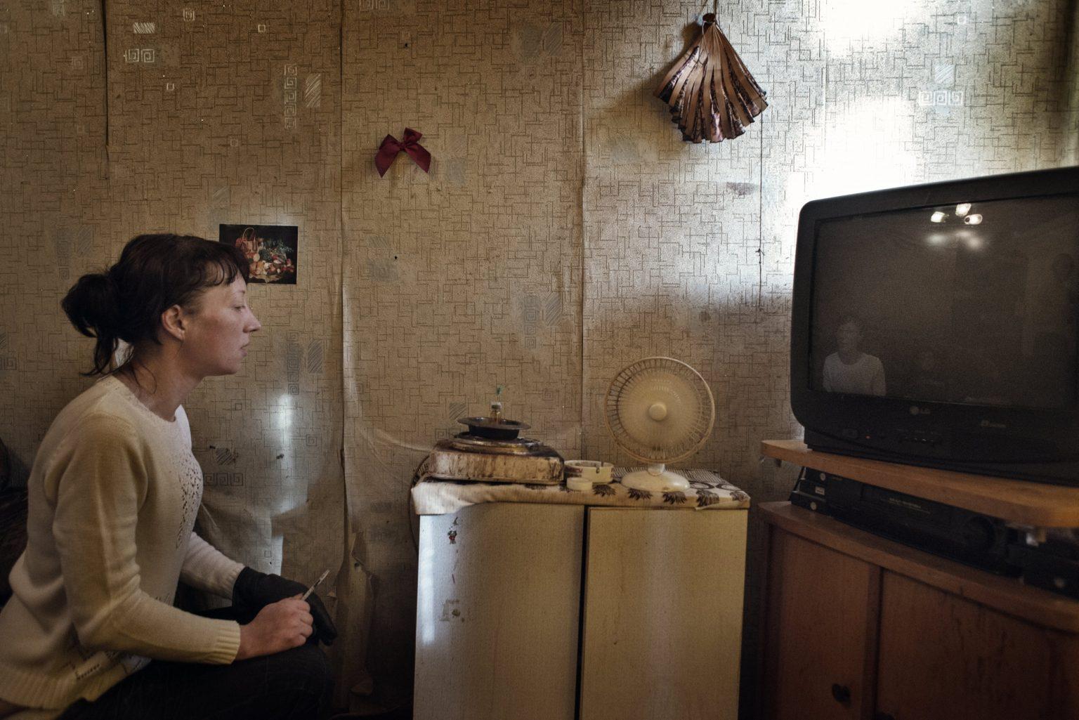 Yekaterinburg, Russia, November 2013 - Zhanna checks the krokodil while it cooks. (Zhanna died in 2015 due to the long use of Krokodil). >< Yekaterinburg, Russia, novembre 2013 - Zhanna controlla la Krokodil durante la cottura. (Zhanna è morta nel 2015 a seguito dell'uso prolungato di Krokdoil).