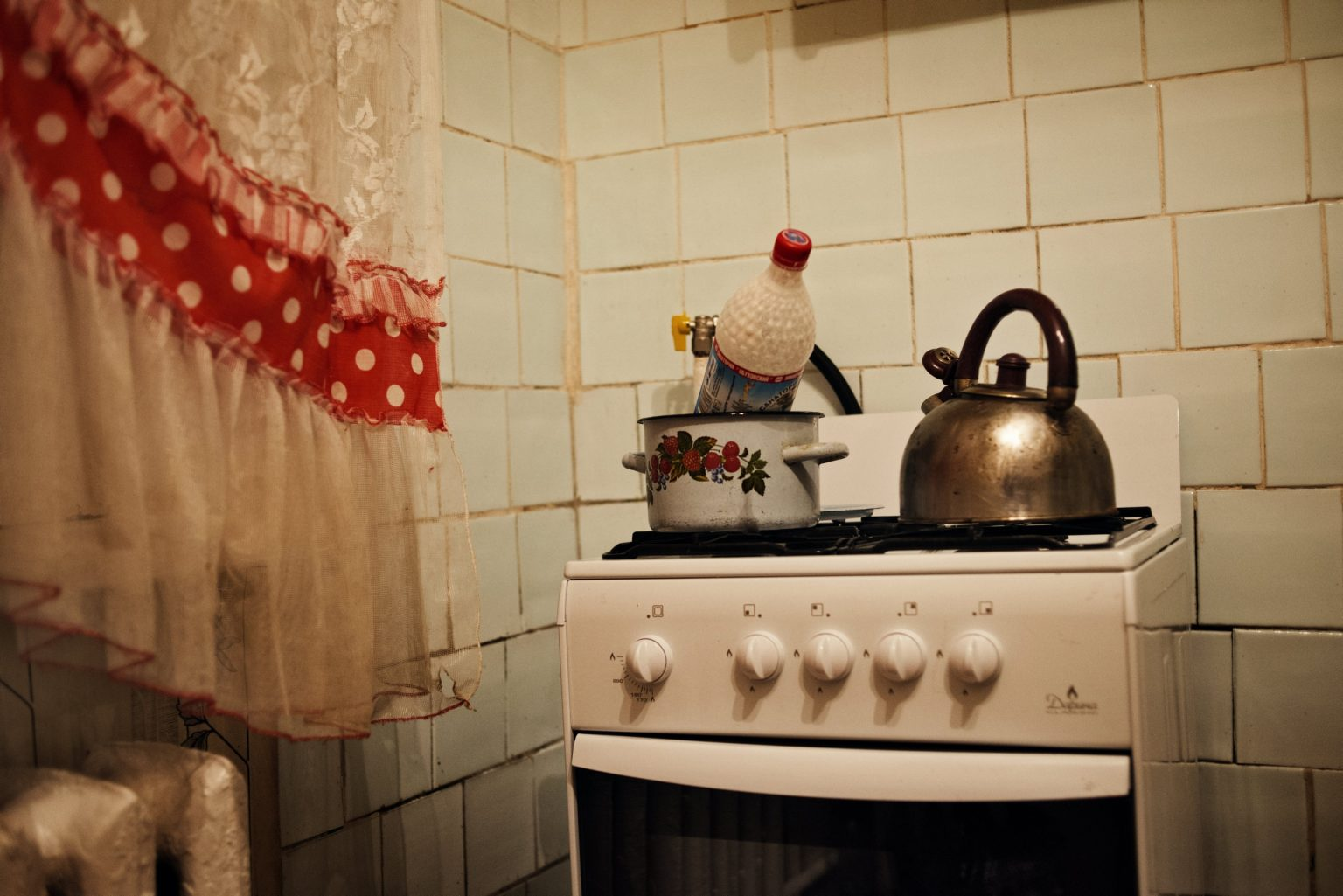 Yekaterinburg, Russia, November 2013 - The codeine is boiled in a closed bottle for a few minutes as part of the preparation of Krokodil. >< Yekaterinburg, Russia, novembre 2013 - La codeina viene fatta bollire all'interno di una bottiglia per alcuni minuti durante la preparazione della Krokodil.
