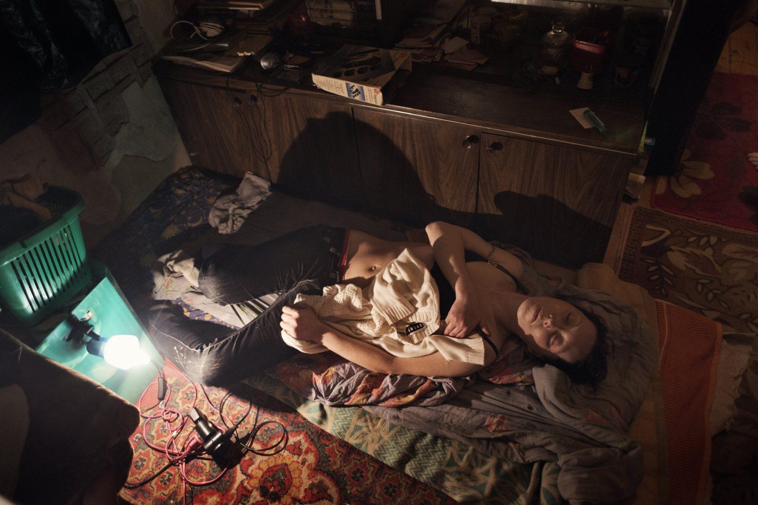 Yekaterinburg, Russia, November 2013 - Zhanna lies on the ground under the effect of Krokodil. (She died in 2015 due to the long use of Krokodil). >< Yekaterinburg, Russia, novembre 2013 - Zhanna è stesa a terra sotto gli effetti della Krokodil (Zhanna è morta nel 2015 a seguito dell'uso prolungato di Krokdoil).