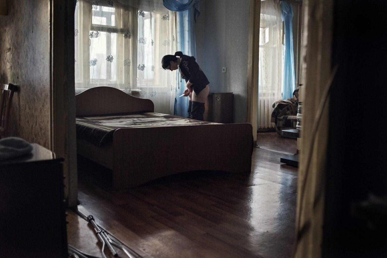 Yekaterinburg, Russia, March 2013 - Olya injects a dose of Krokodil in an apartment on the outskirts of Yekaterinburg. (She died in 2015 due to her liver failure after a long use of Krokodil). >< Yekaterinburg, Russia, marzo 2013 - Olya si inietta una dose di Krokodil in un appartamento nella periferia di Yekaterinburg. (Olya è morta nel 2015 per problemi al fegato causati da un uso prolungato di Krokodil).