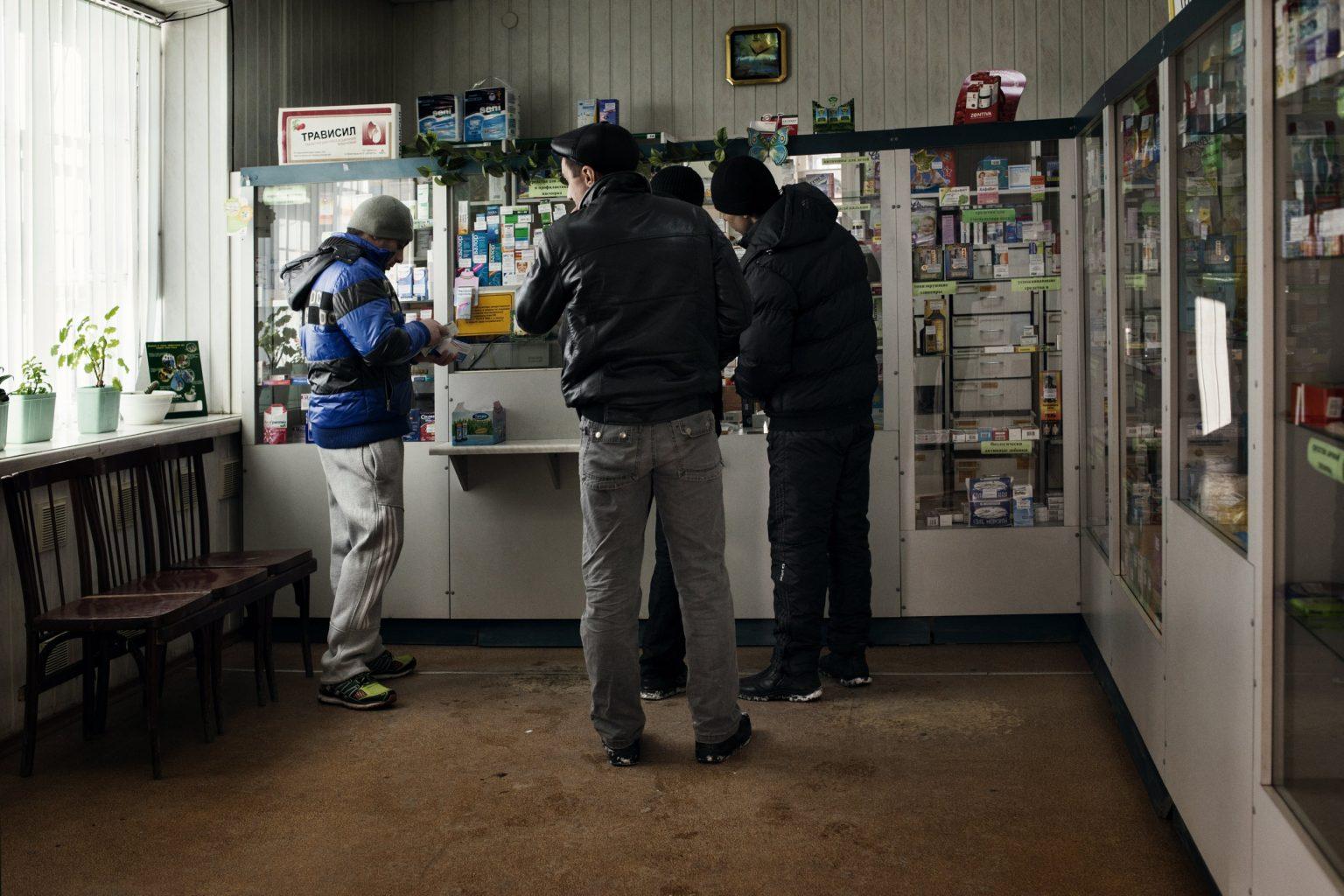 Yekaterinburg, Russia, March 2013 - Pavel in line to buy painkillers containing codeine in a pharmacy. >< Yekaterinburg, Russia, marzo 2013 - Pavel attende in fila all'interno di una farmacia per acquistare analgesici contenenti codeina.