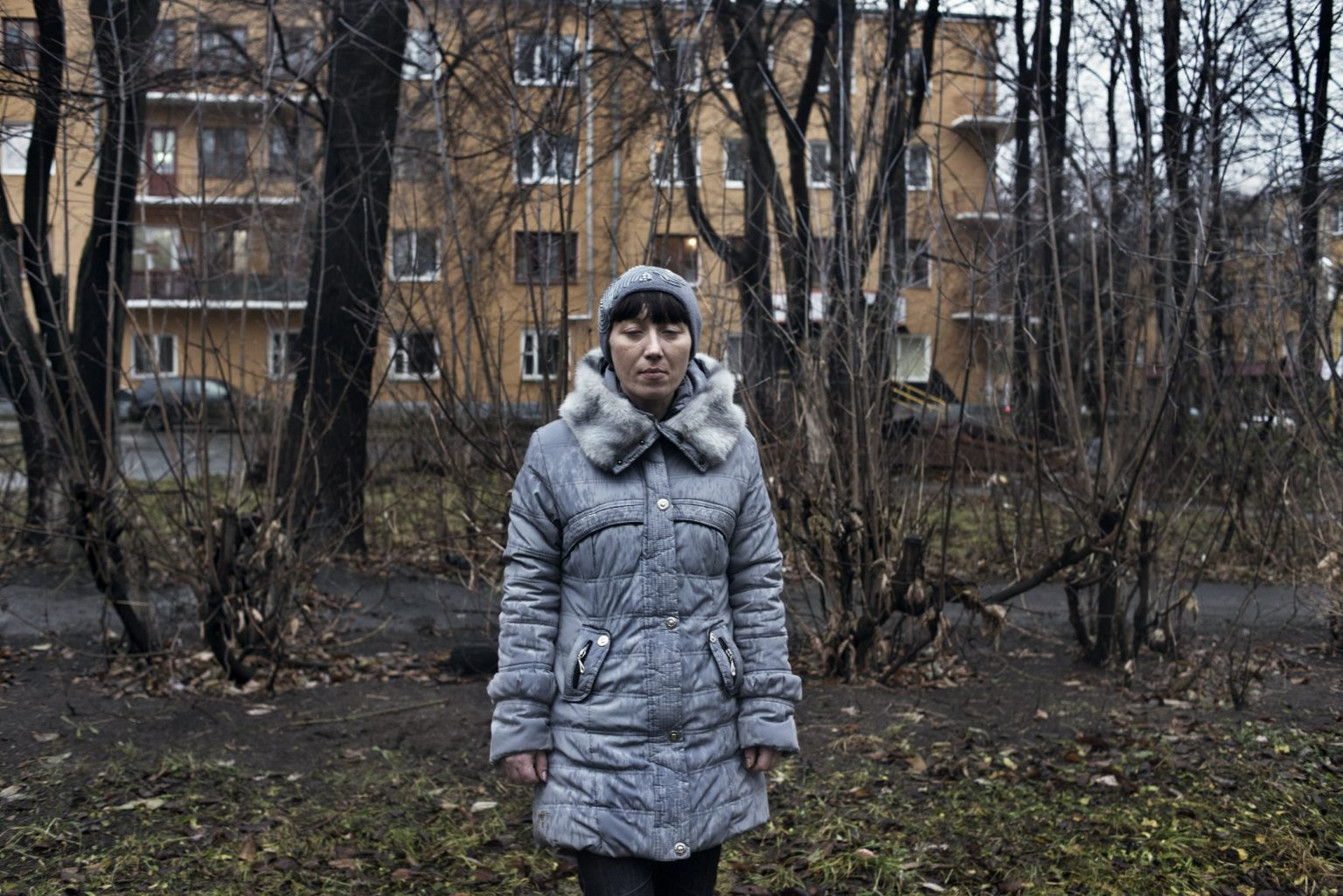 Yekaterinburg, Russia, November 2013  - Zhanna under the effect of Krokodil, in a street in Yekaterinburg. (She died in 2015 due to the long use of Krokodil). >< Yekaterinburg, Russia, novembre 2013 - Zhanna sotto l'effetto della Krokodil in una strada di Yekaterinburg. (Zhanna è morta nel 2015 a seguito dell'uso prolungato di Krokdoil).