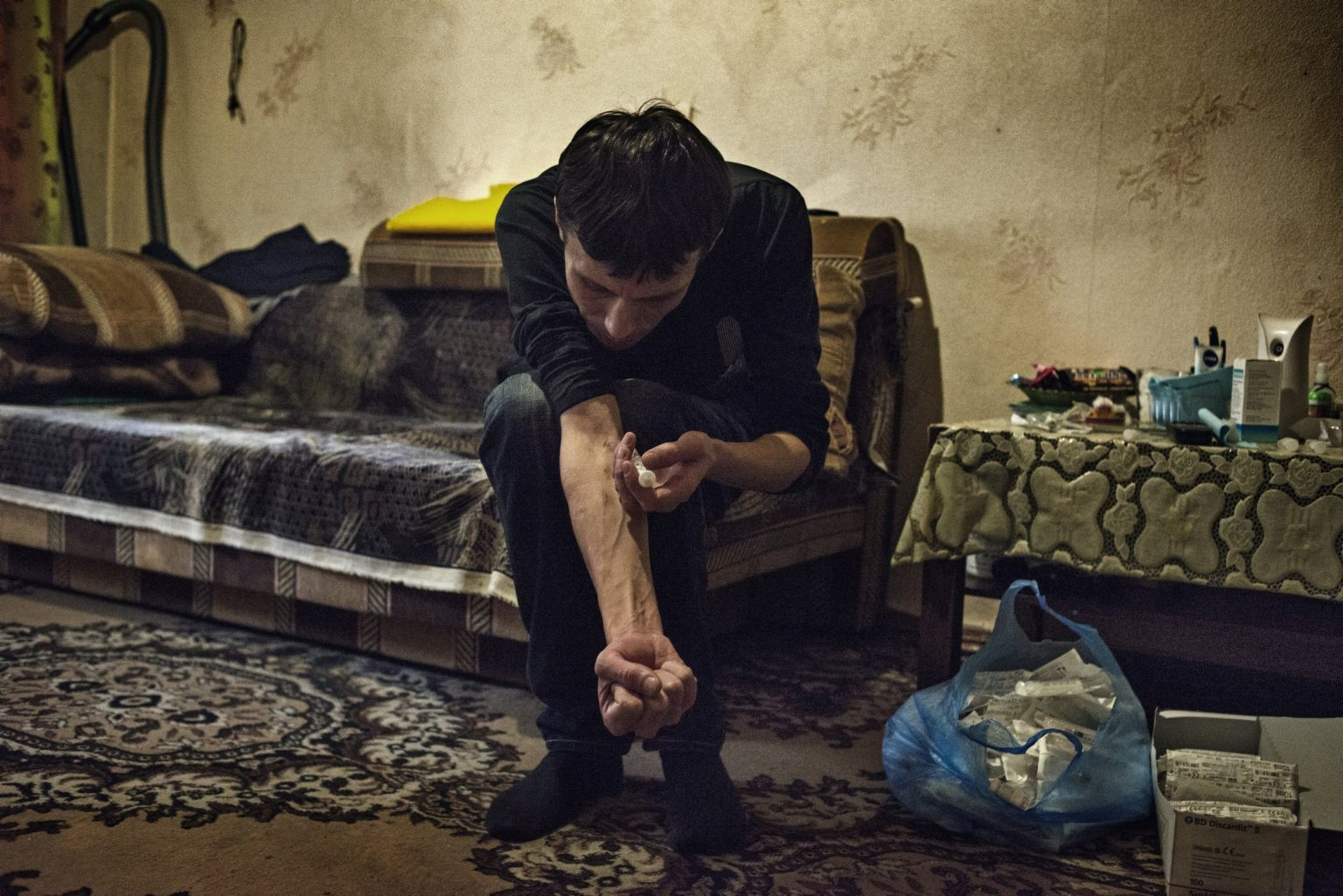 Yekaterinburg, Russia, November 2013 - Alexey injects a dose of Krokodil. >< Yekaterinburg, Russia, novembre 2013 - Alexey si inietta una dose di Krokodil.