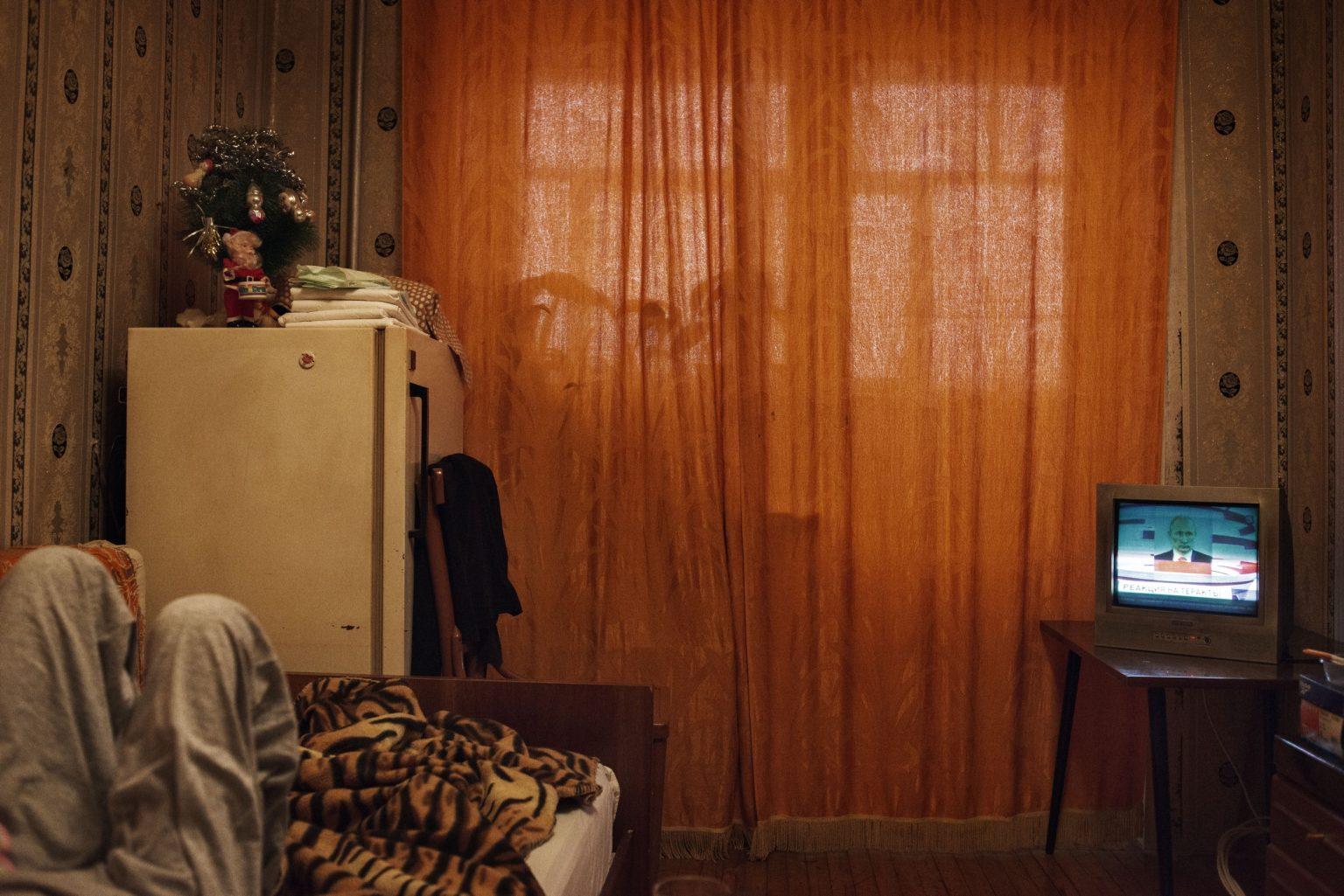 Yekaterinburg, Russia, March 2016 - Since 2014 Oxana has been lying in bed with her back permanently damaged. The high use of Krokodil damaged her mussels and her spine. Despite several surgeries she can't seat or stand. Her condition has also been worsened by her father's beatings who couldn't cope with her constant request for money to buy drug. >< Yekaterinburg, Russia, marzo 2016 - Dal 2014 Oxana vive distesa a letto avendo danni permnenti alla schiena. L'uso massiccio di Krokodil le ha danneggiato i muscoli e la spina dorsale. Nonostante si sia sottoposta a diversi interventi chirurgici non riesce a stare in piedi né seduta. Il suo stato di salute è ulteriormente peggiorato a causa delle reazioni violente di suo padre alle sue richieste di denaro per comprare droga.