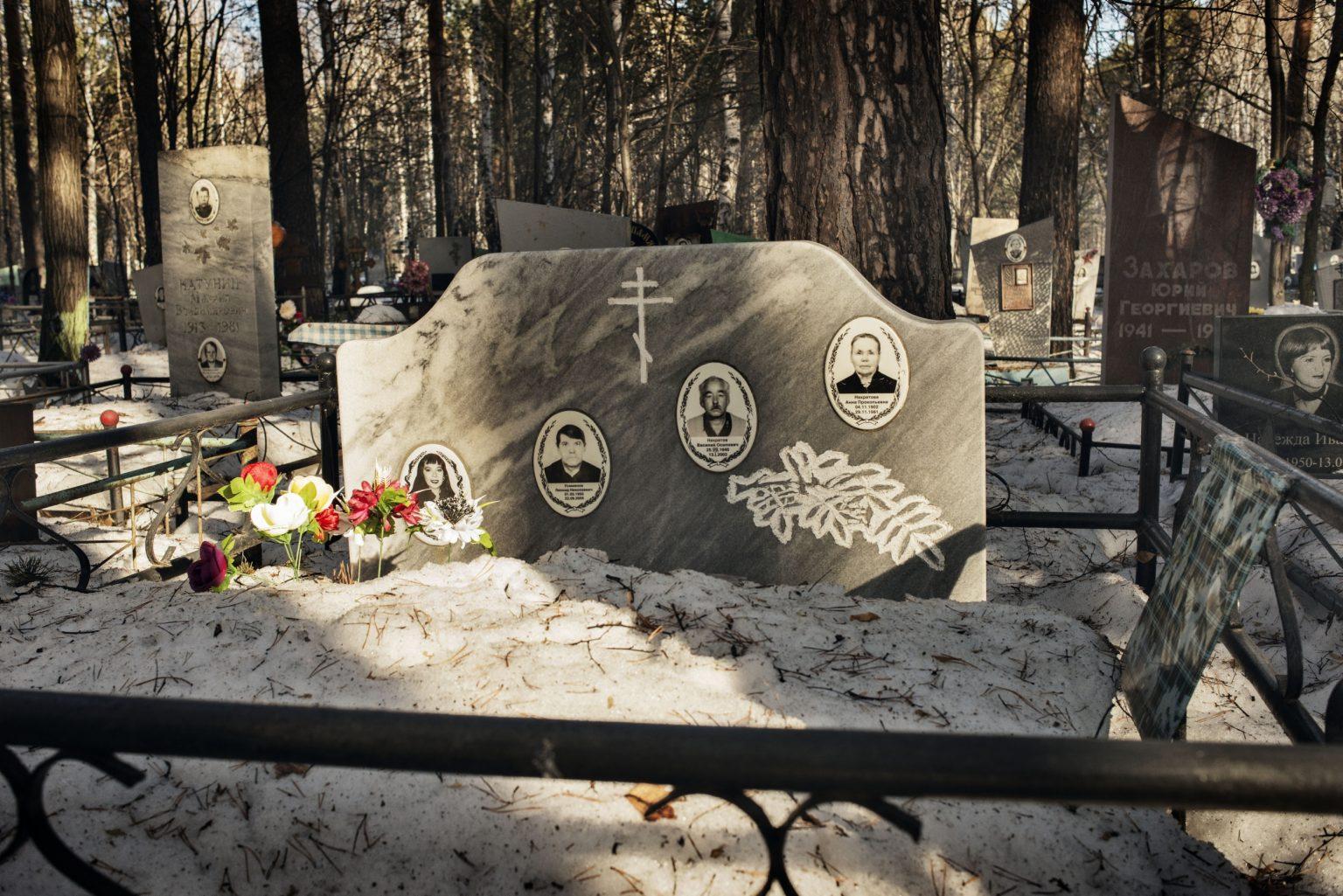 Yekaterinburg, Russia, March 2016 - Olya is buried in a cemetery in Uralmash district next to her relatives. She died in 2015 due to her liver failure after a long use of Krokodil. >< Yekaterinburg, Russia, marzo 2016 - Olya è seppellita a fianco dei suoi parenti nel cimitero del quartiere di Uralmash. Olya è morta nel 2015 per problemi al fegato causati da un uso prolungato di Krokodil.