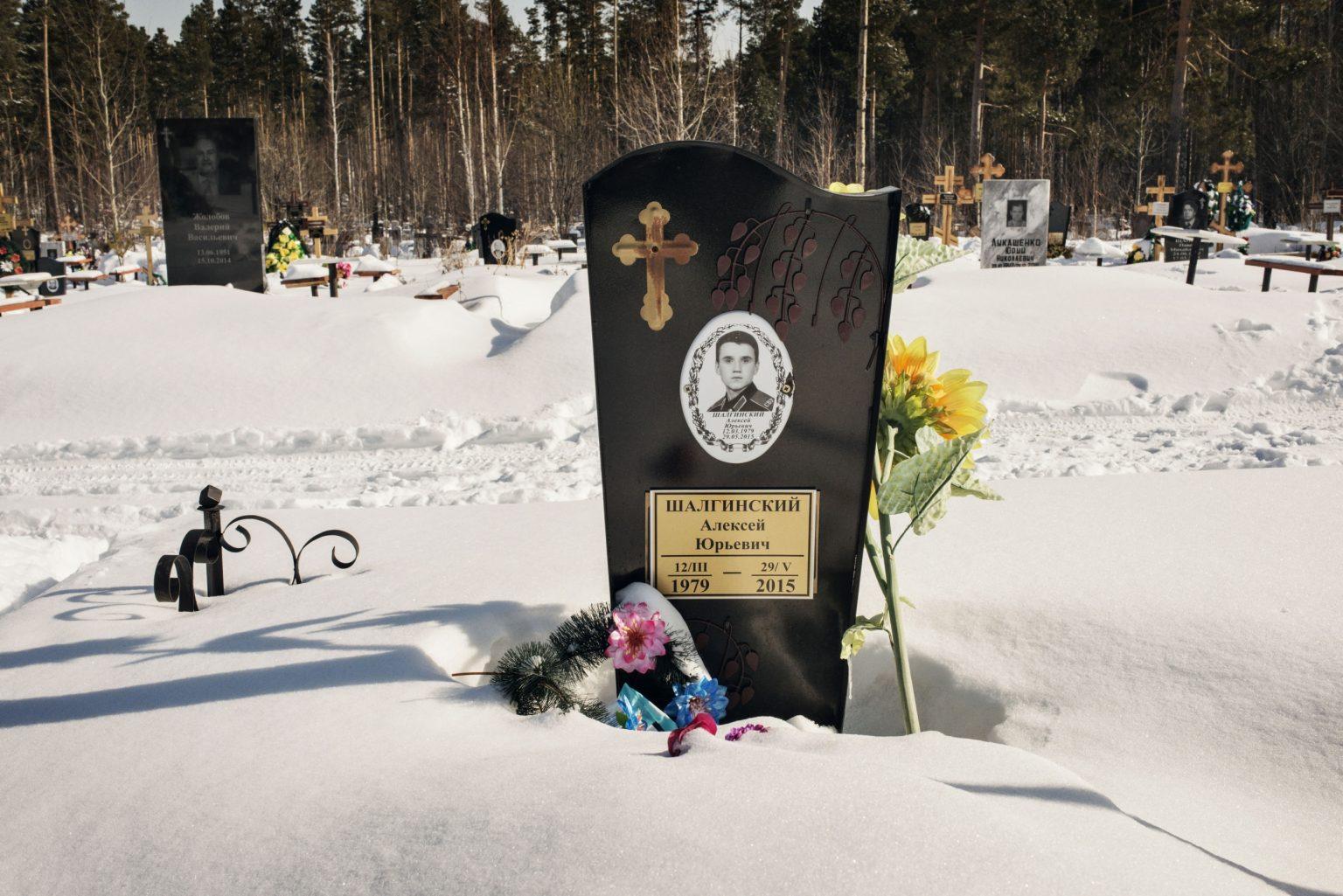 Yekaterinburg, Russia, March 2016 - Alexei is buried in a cemetery on the outskirt of Yekaterinburg. He died in 2015 because of the large use of Krokodil that reduced drastically his immune system. >< Yekaterinburg, Russia, marzo 2016 - Alexey è seppellito in un cimitero nella periferia di Yekaterinburg. È morto nel 2015 a causa dell'uso prolungato di Krokodil che gli ha indebolito il sistema immunitario.