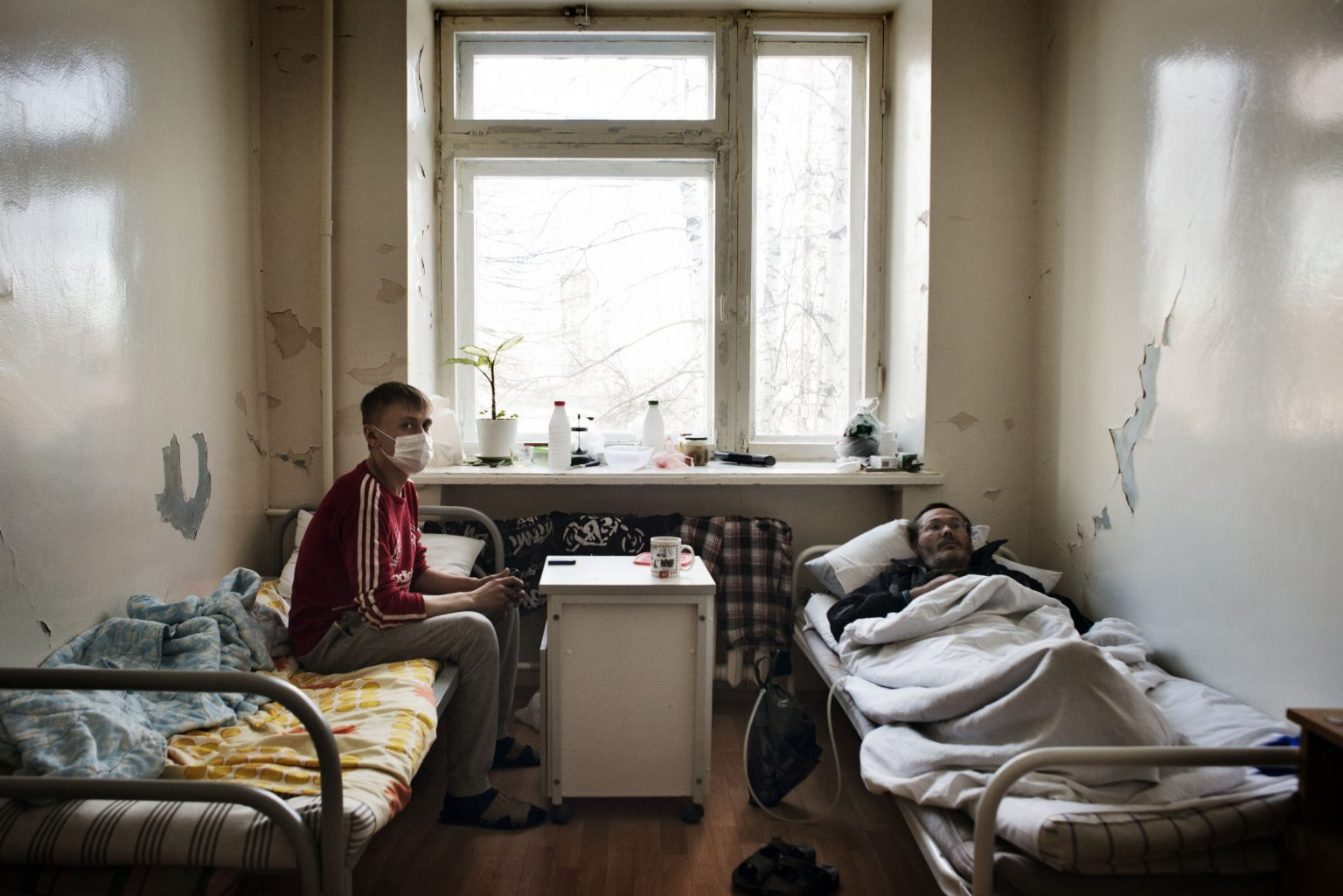 Yekaterinburg, Russia, March 2016 - Andrey affected with tuberculosis lies in a hospital bed. The treatment he is undergoing is affecting seriously his liver already damaged from a long use of Krokodil. >< Yekaterinburg, Russia, marzo 2016 - Andrey malato di tubercolosi è ricoverato in ospedale da oltre due mesi. La cura che sta facendo sta indebolendo il fegato già debilitato dall'uso di Krokodil.
