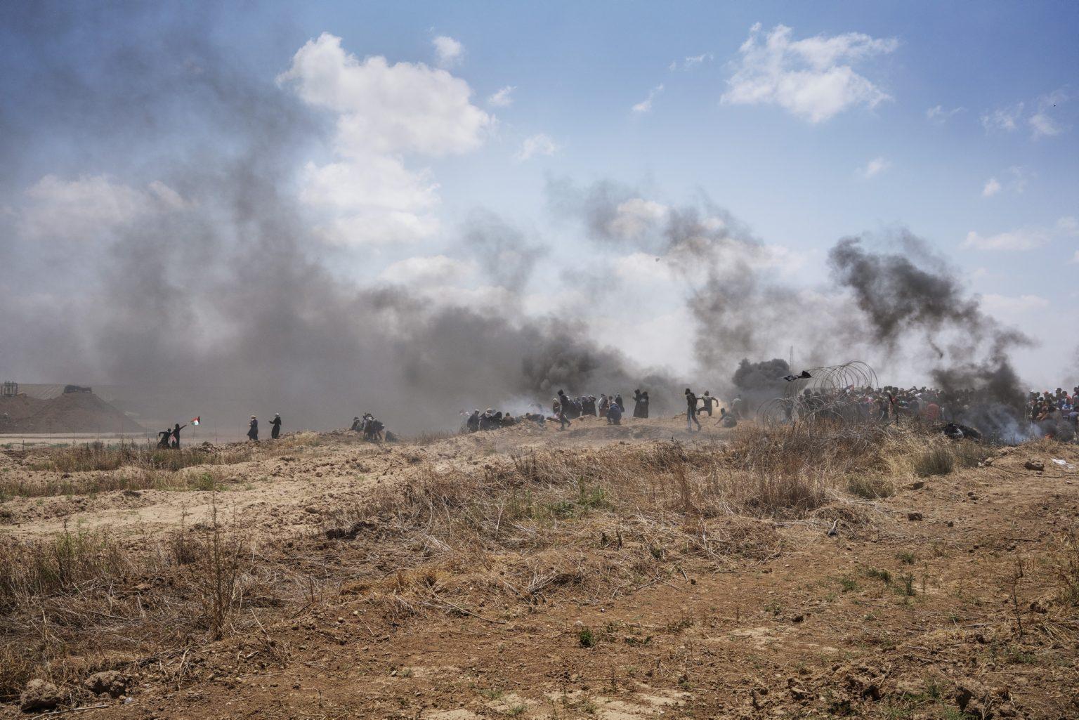 Gaza Strip, May 2018 - Palestinians, including a group of women, near the border fence with Israel during the demonstration. >< Striscia di Gaza, maggio 2018 - Un gruppo di palestinesi, fra cui alcune donne, si avvicinano alle recinzioni lungo il confine tra Gaza e Israele.