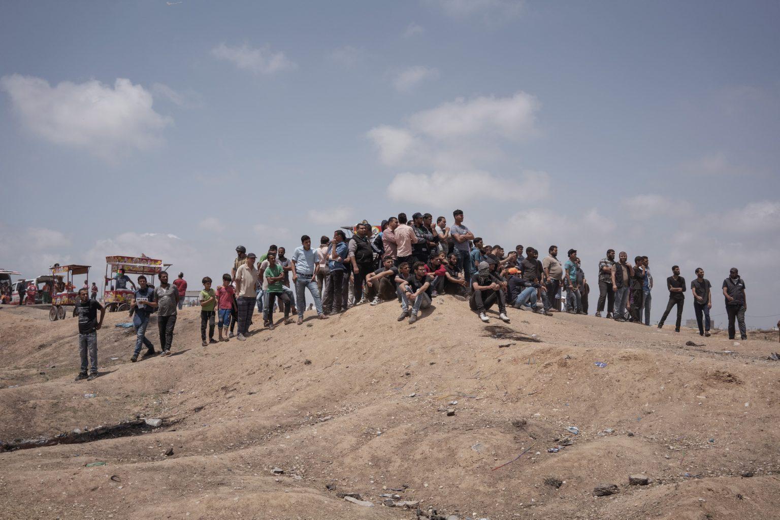 Gaza Strip, May 2018 - People watching the protest from a little hill along the Gaza-Israel border. >< Striscia di Gaza, maggio 2018 - Civili osservano le proteste da sopra una collinnetta lungo il confine tra Gaza e Israele.