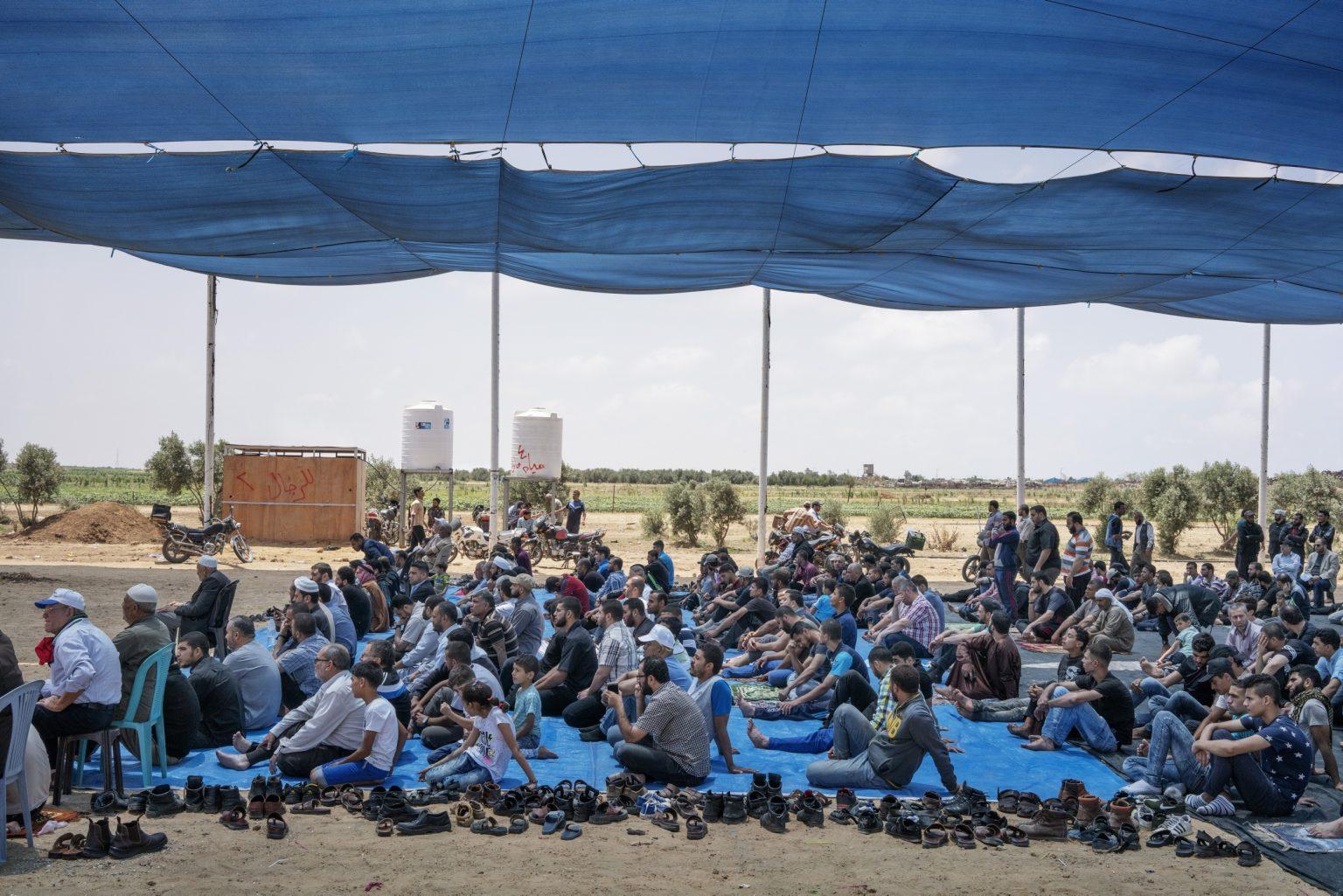 Gaza Strip, May 2018 - People pray at the camp before the protest. >< Striscia di Gaza, maggio 2018 - Civili pregano prima dell'inizio delle proteste.