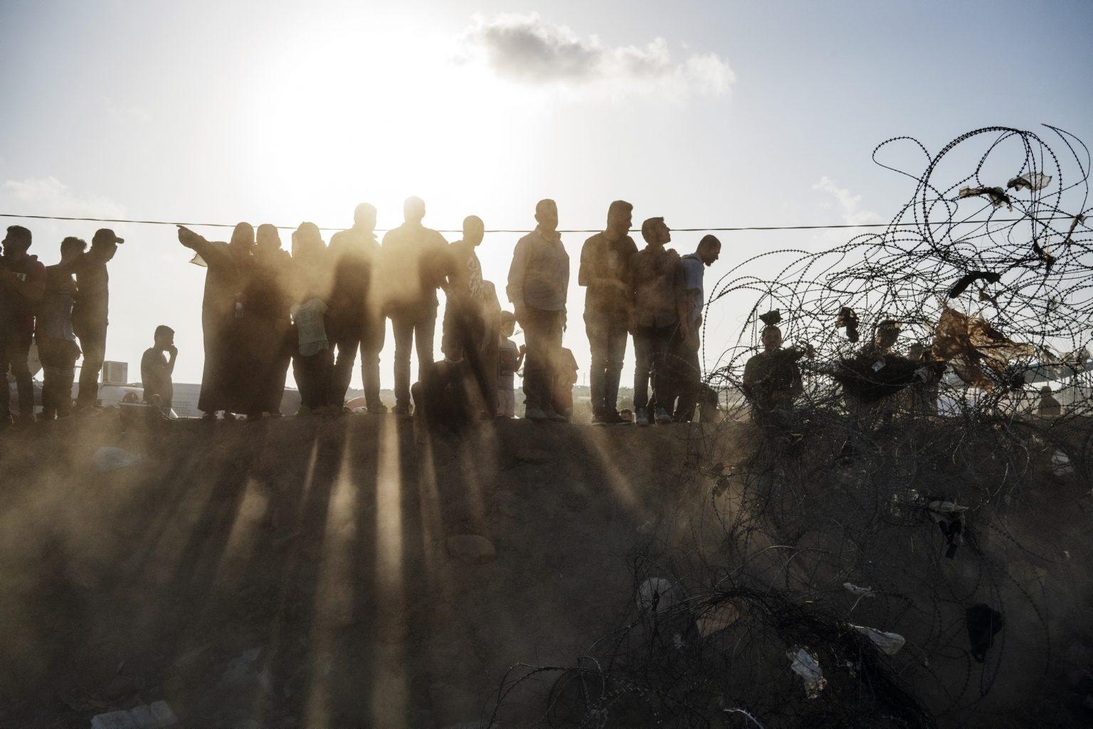 Gaza Strip, May 2018 - People whatching the protest from a little hill along the Gaza-Israel border. >< Striscia di Gaza, maggio 2018 - Civili osservano le proteste da sopra una collinnetta lungo il confine tra Gaza e Israele.