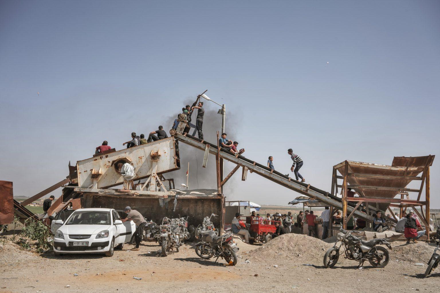 Gaza Strip, May 2018 - Palestinian boys observ the protest along the Gaza-israel border. >< Striscia di Gaza, maggio 2018 - Un gruppo di ragazzi palestinesi osserva le proteste lungo il confine tra Gaza e Israele.