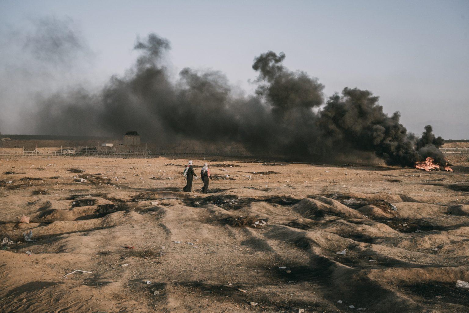 Gaza Strip, May 2018 - Two women near the border fence with Israel during the demonstration. >< Striscia di Gaza, maggio 2018 - Due donne si avvicinano alle recinzioni lungo il confine tra Gaza e Israele.