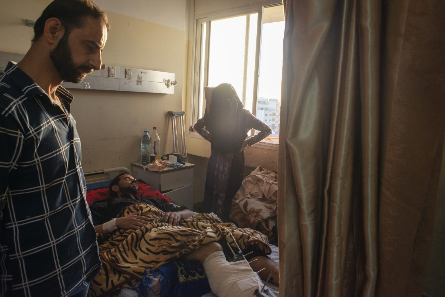 Striscia di Gaza, May 2018 - A man injured on his leg by Israeli troops during the protest, rests in a bed at Al-Shifa Hospital in Gaza City. >< Striscia di Gaza, maggio 2018 - Un uomo ferito a una gamba durante le proteste riposa in un letto dell'ospedale Al-Shifa di Gaza City.