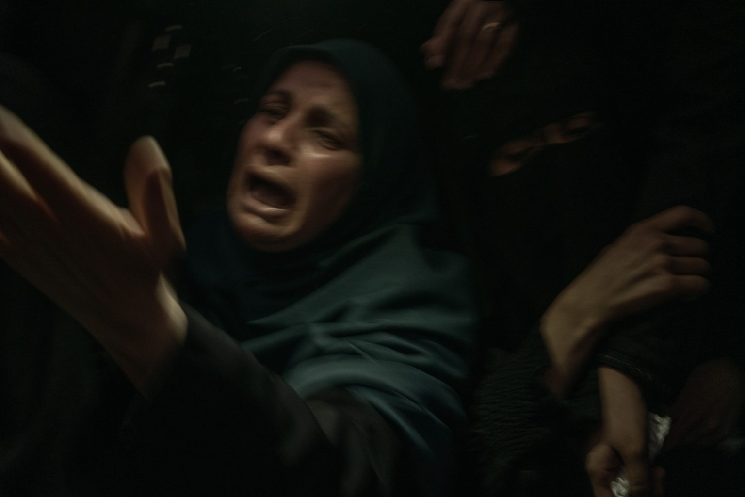 Gaza Strip, May 2018 - Relatives of Omar Abual Fuol, 33, who was killed by Israeli tanks that targeted Hamas positions in Gaza, mourn during his funeral in Gaza City. >< Striscia di Gaza, Maggio 2018 - Parenti di Omar Abual Fuol, 33 anni, piangono durante il suo funerale nella città di Gaza. Omar è stato ucciso da un carro armato israeliano che ha colpito una postazione di Hamas all'interno della striscia di Gaza.