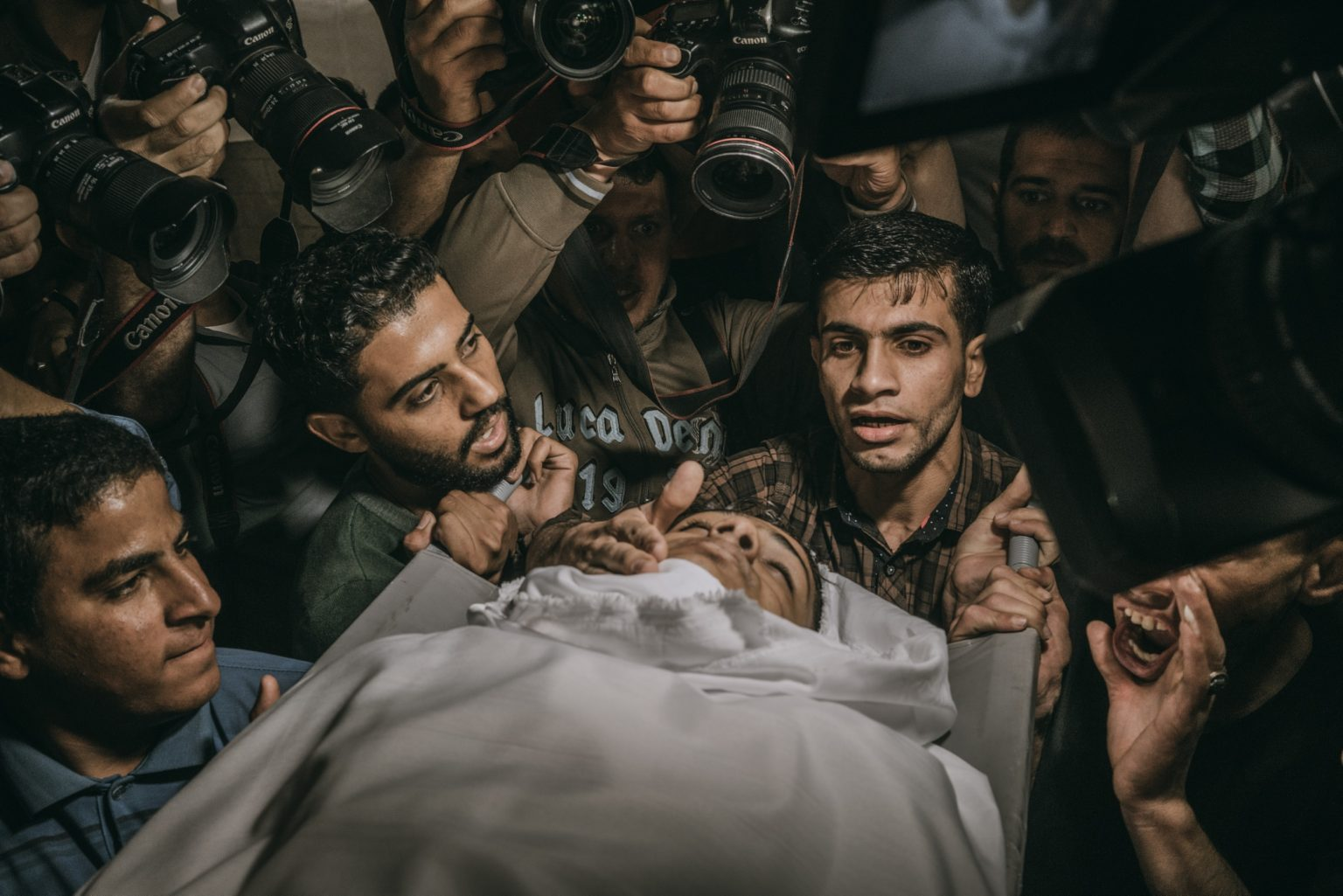 Rafah, Gaza Strip, May 2018 - Relatives and friends of 15 year-old Palestinian Jamal Afaneh mourn during his funeral. Afaneh died from his injuries after being shot on Friday by Israeli troops along the Gaza-Israel border. >< Rafah, Striscia di Gaza, maggio 2018 - I funerali di Jamal Afaneh, un ragazzo palestinese di 15 anni, ucciso da un soldato israeliano durante le proteste lungo il confine tra Gaza e Israele.