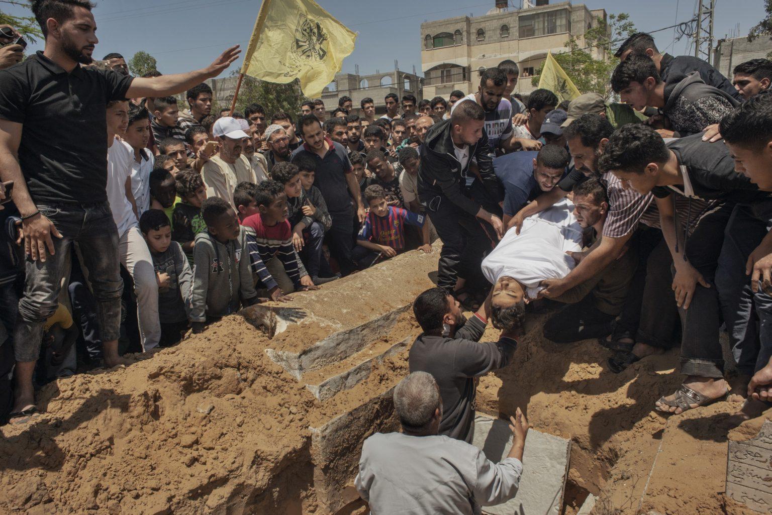 Gaza Strip, May 2018 - The body of15 year-old Palestinian Jamal Afaneh is buried at Rafah cemetery. Afaneh died from his injuries after being shot by Israeli troops along the Gaza-Israel border. >< Striscia di Gaza, maggio 2018 - Il corpo di Jamal Afaneh, un ragazzo palestinese di 15 anni, viene seppellito nel cimitero di Rafah. Afaneh è stato ucciso da un soldato israeliano durante le proteste lungo il confine tra Gaza e Israele.