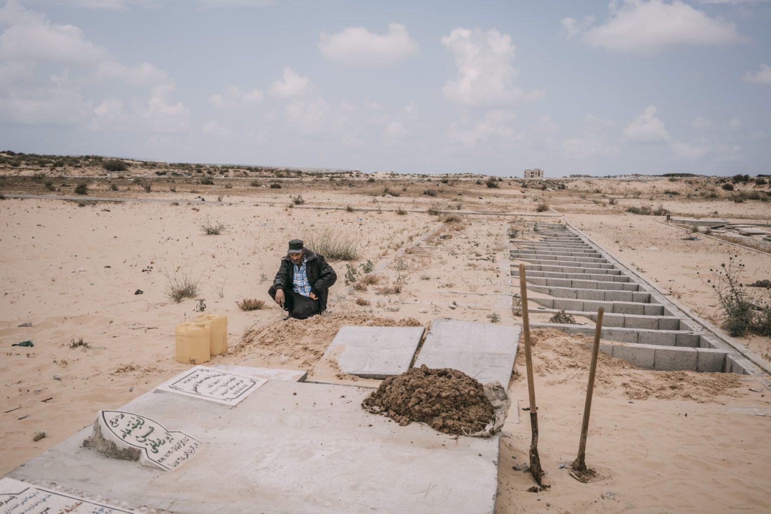 Khan Younis, Gaza Strip, May 2018 - A man waits at the cementery the arrival of the body of 40 year-old Palestinian Jaber Abu Mustafa, killed at the Israel-Gaza border during the protests. >< Khan Younis, Striscia di Gaza, maggio 2018 - Un uomo aspetta l'arrivo del corpo di Jaber Abu Mustafa, un uomo palestinese di 40 anni, ucciso durante le proteste lungo il confine tra Gaza e Israele.