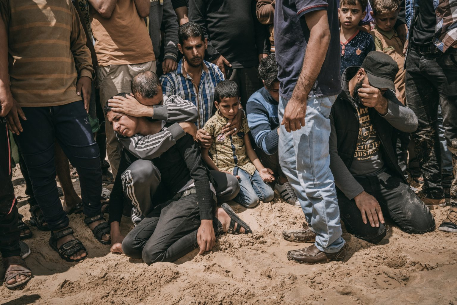 Khan Younis, Gaza Strip, May 2018 - Relatives and friends of 40 year-old Palestinian Jaber Abu Mustafa, killed at the Israel-Gaza border during the protests, mourn his body. >< Khan Younis, Striscia di Gaza, maggio 2018 - Parenti e amici ai funerali di Jaber Abu Mustafa, un uomo palestinese di 40 anni, ucciso durante le proteste lungo il confine tra Gaza e Israele.