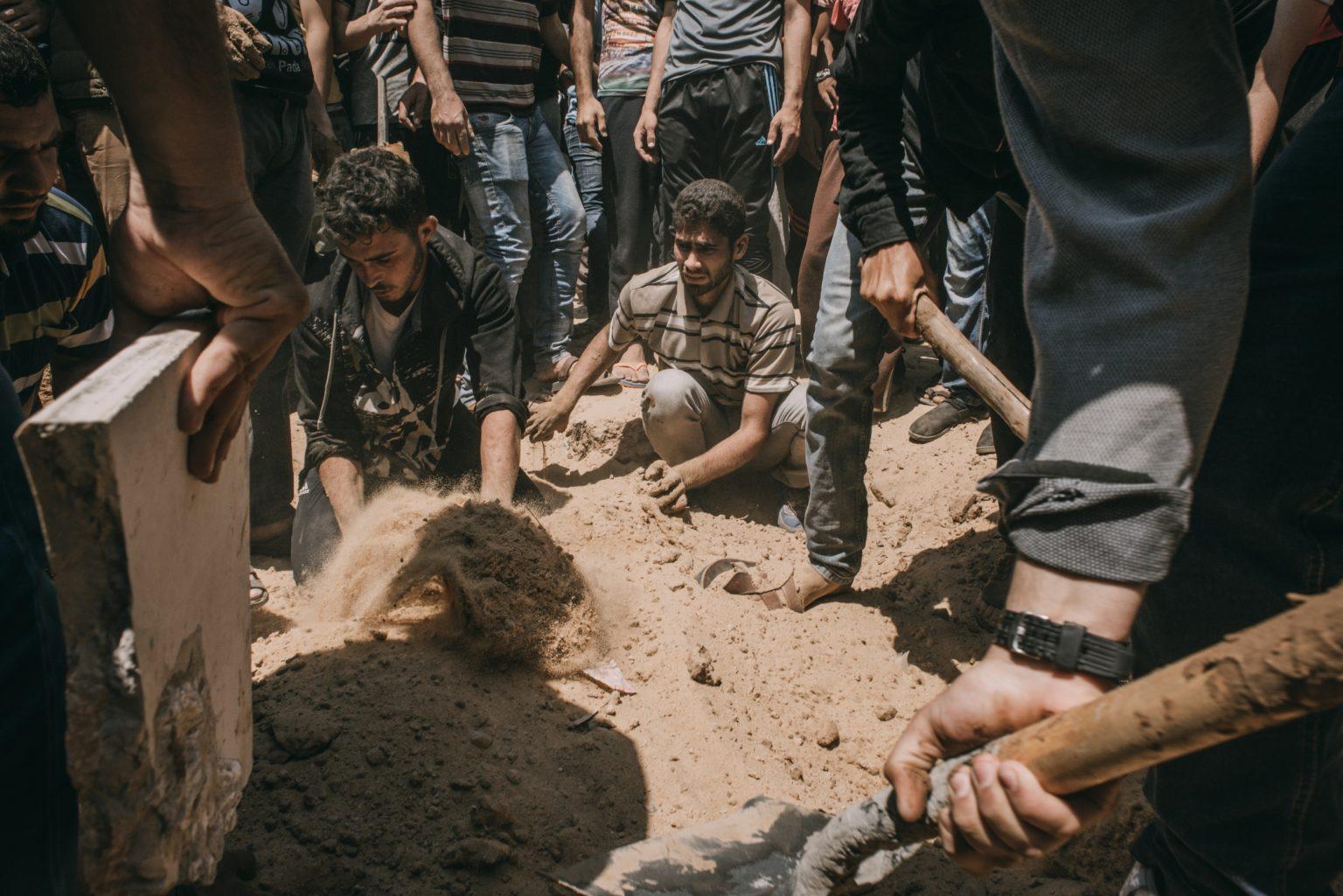 Gaza Strip, May 2018 - The funeral of Omar Abual Fuol, 33, killed by Israeli tanks who targeted Hamas positions in Gaza, burry his body in a cemetery in Gaza City. >< Striscia di Gaza, maggio 2018 - I funerali nel cimitero della Città di Gaza di Omar Abual Fuol, 33 anni, ucciso da un carro armato israeliano che ha colpito una postazione di Hamas all'interno della striscia di Gaza.