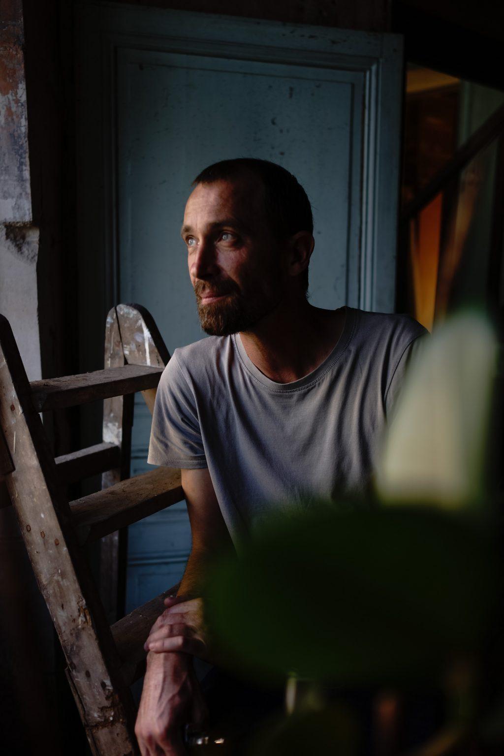 Tercé, France, August 2019 - Portrait of Tristan Plot. ><  Tercé, Francia, agosto 2019 - Ritratto di Tristan Plot.*** SPECIAL   FEE   APPLIES ***