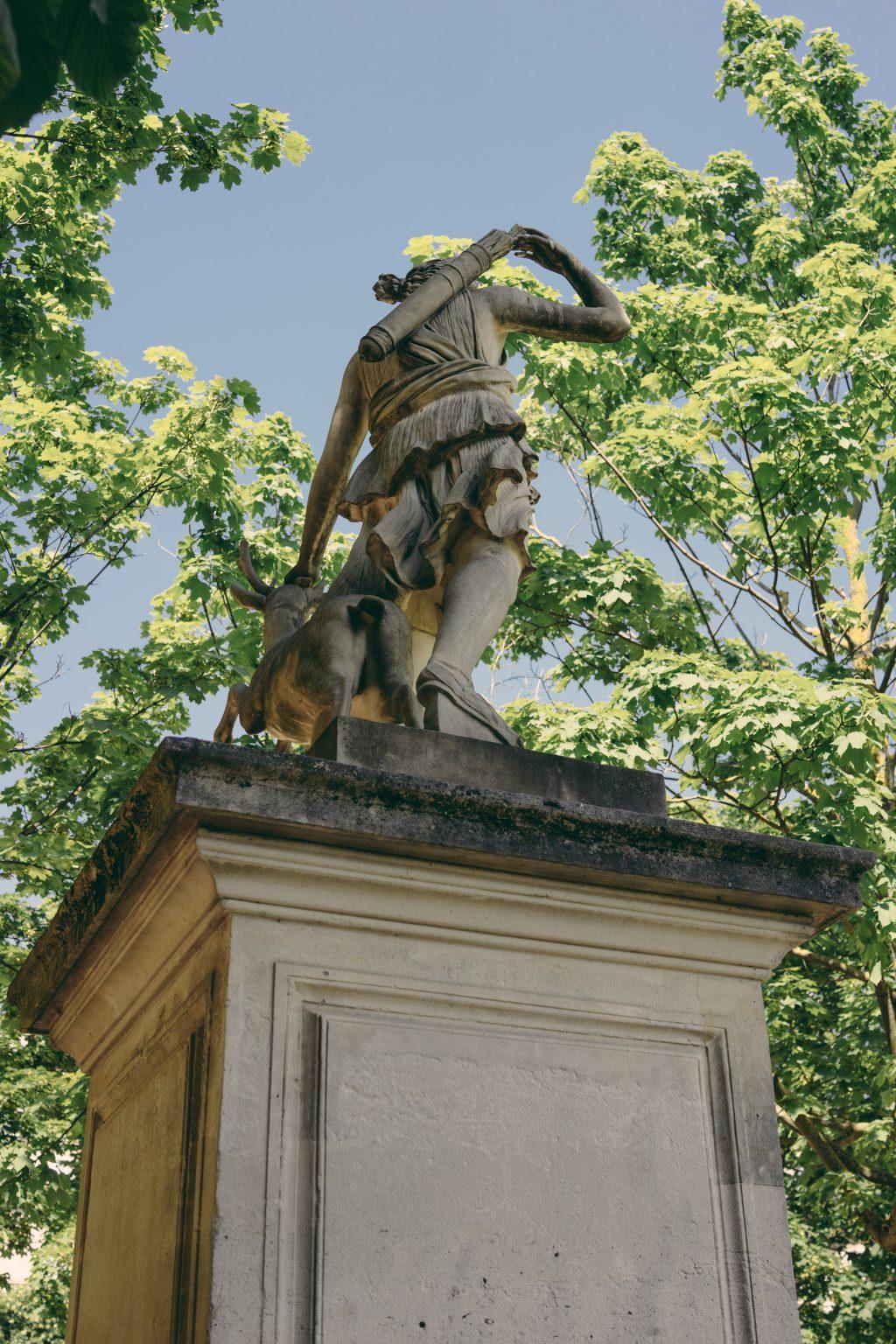 Paris, France, May 2018 - Statue of Artemis, goddess of hunting and animals at the Jardins des Tuileries. >< Parigi, Francia, maggio 2018 -  Statua di Artemide, dea della caccia e degli animali ai Jardins des Tuileries. *** SPECIAL   FEE   APPLIES ***